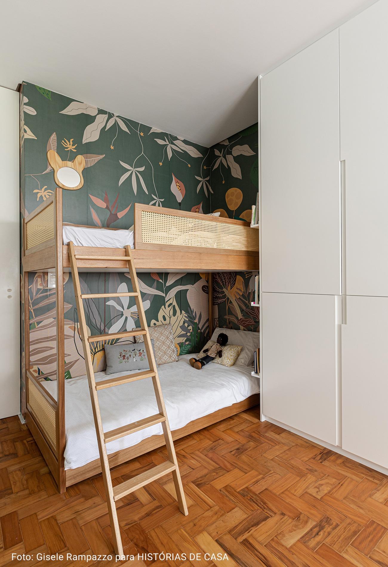 quarto de criança com papel de parede
