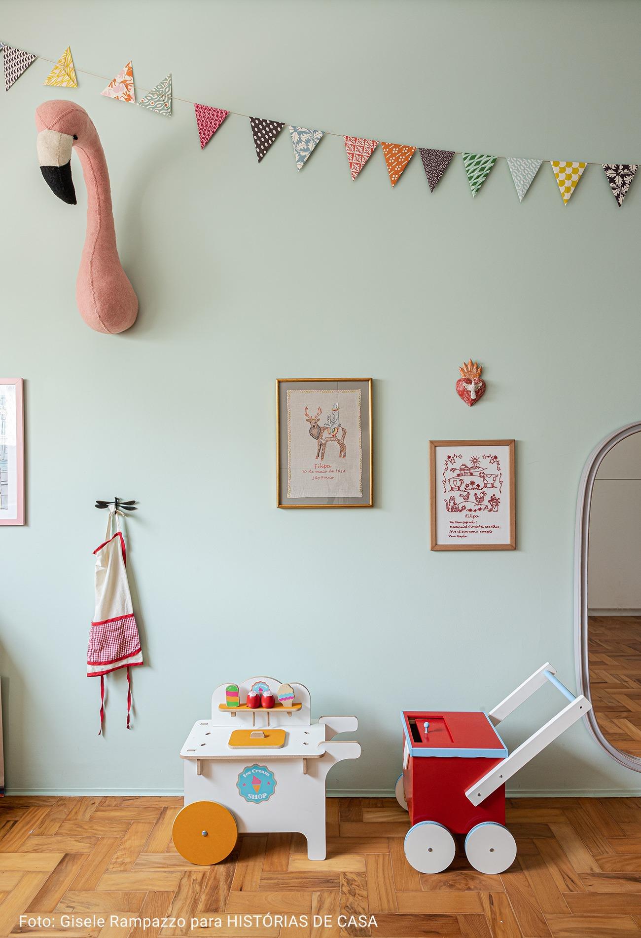 quarto de criança com parede azul bebe