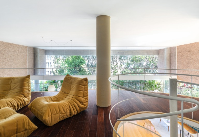 mezanino em apartamento com chão de madeira