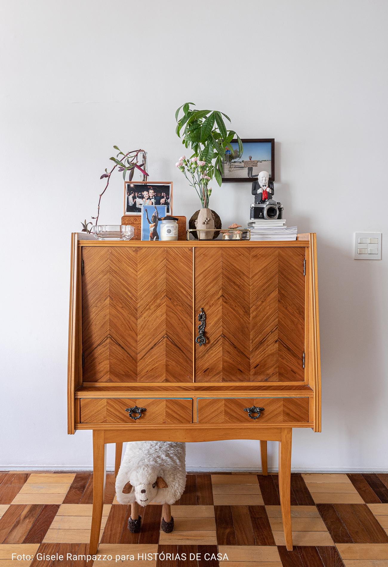movel antigo de madeira rustica