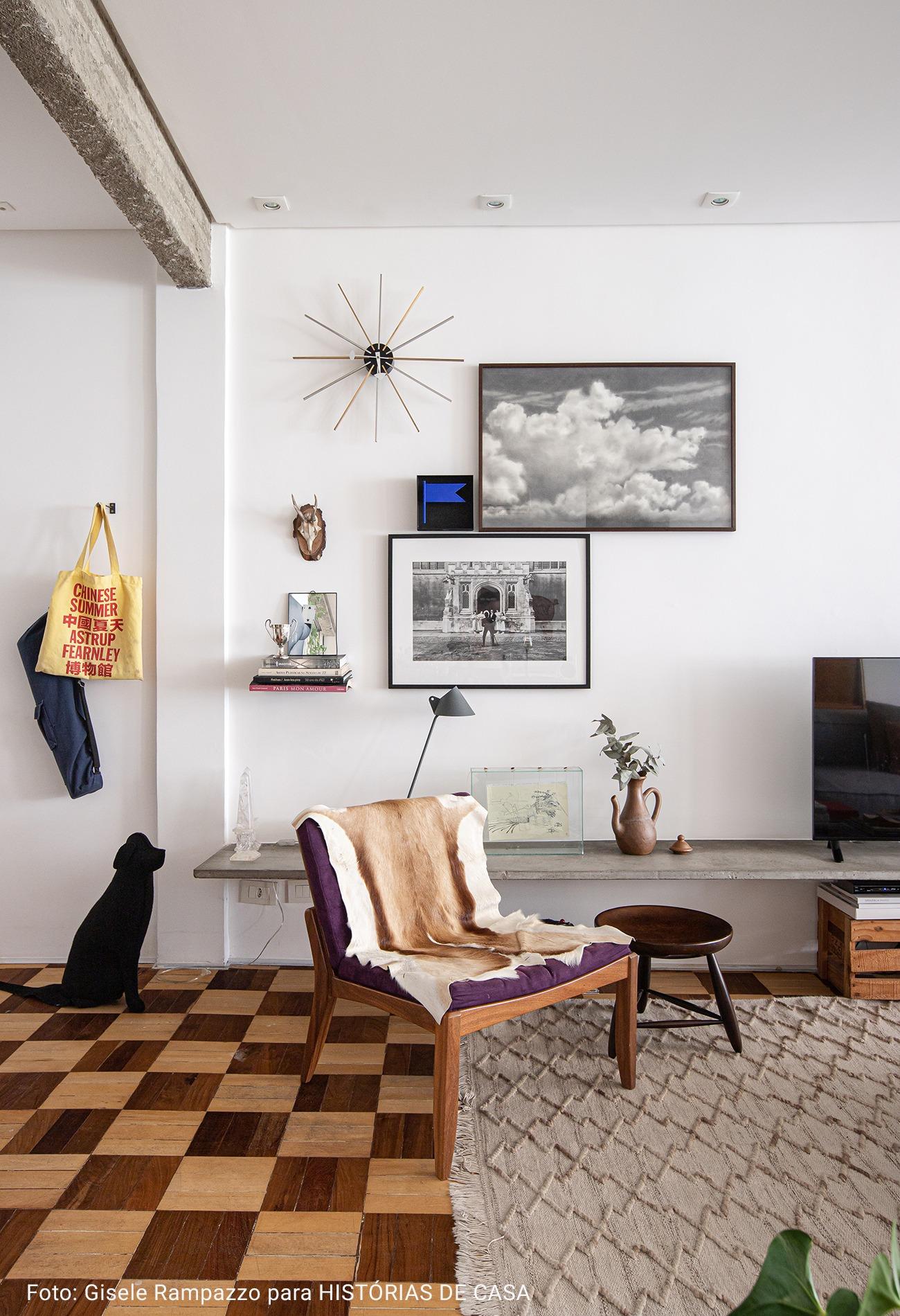 sala com quadros preto e branco