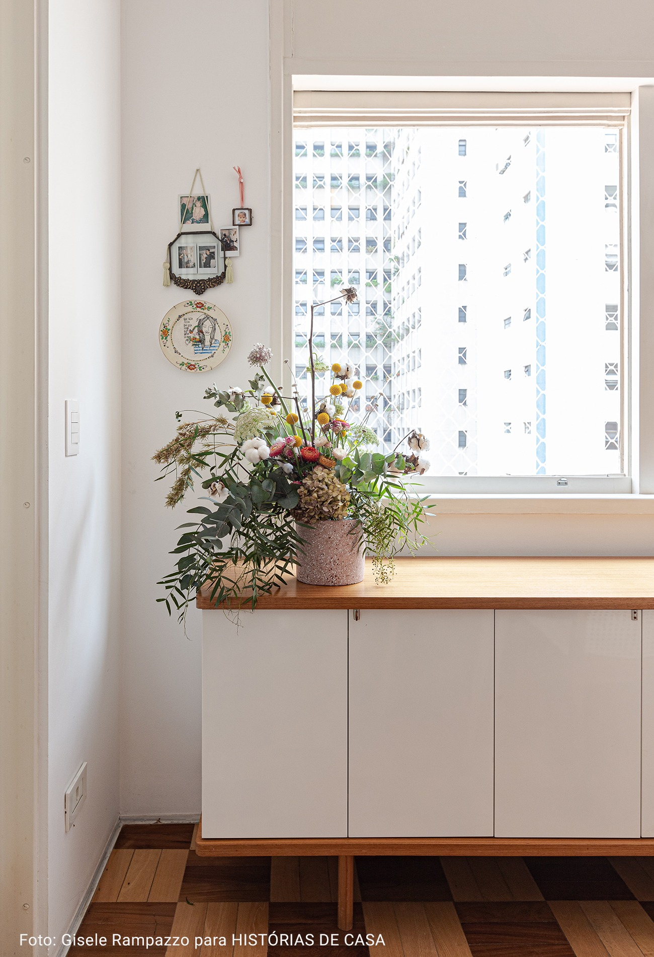 mesa de apoio com arranjo de flores