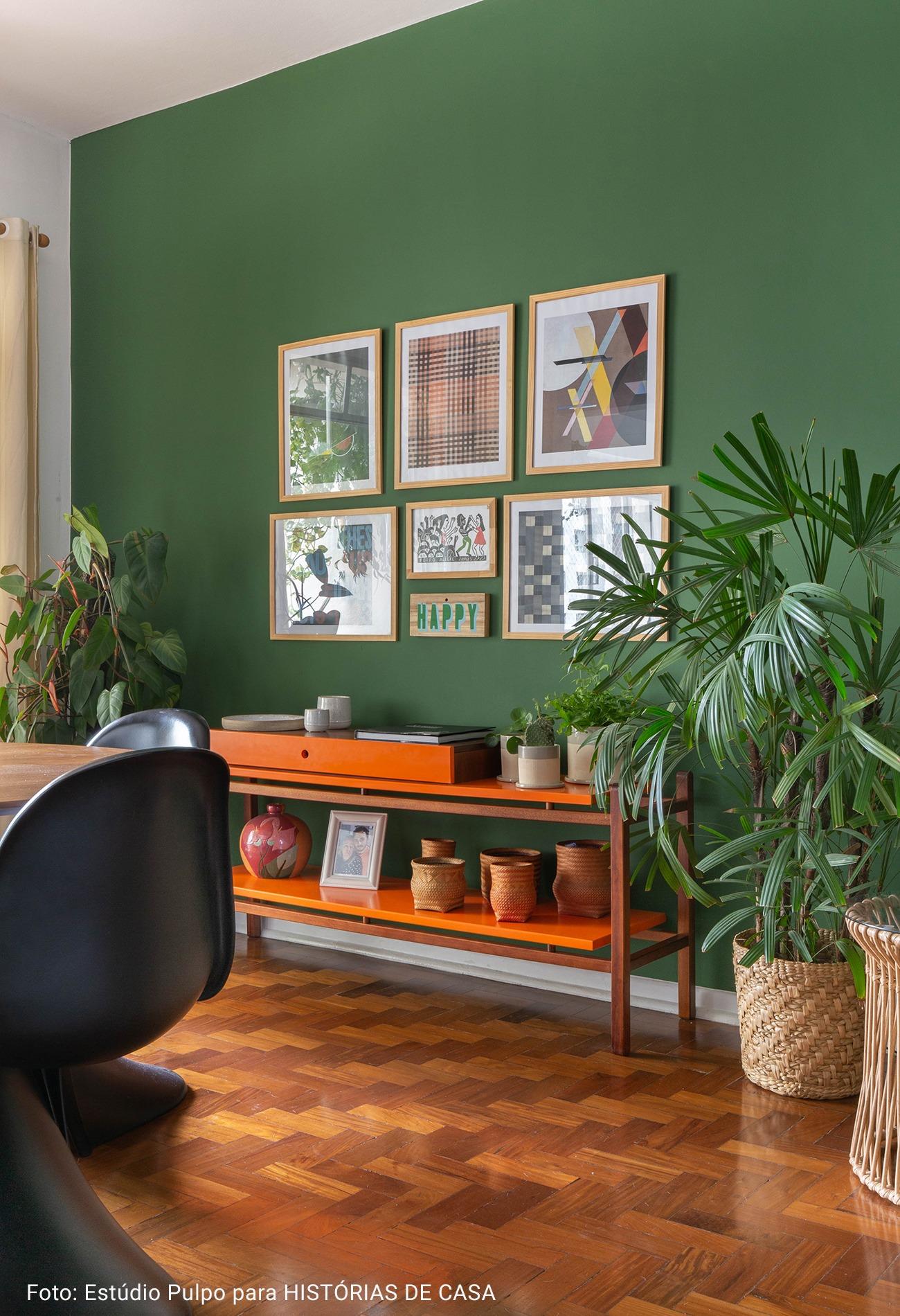 sala com mesa de apoio laranja