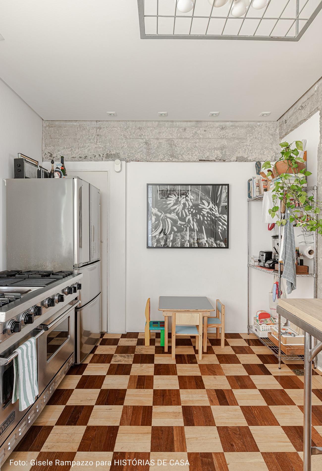 cozinha americana com quadro preto e branco