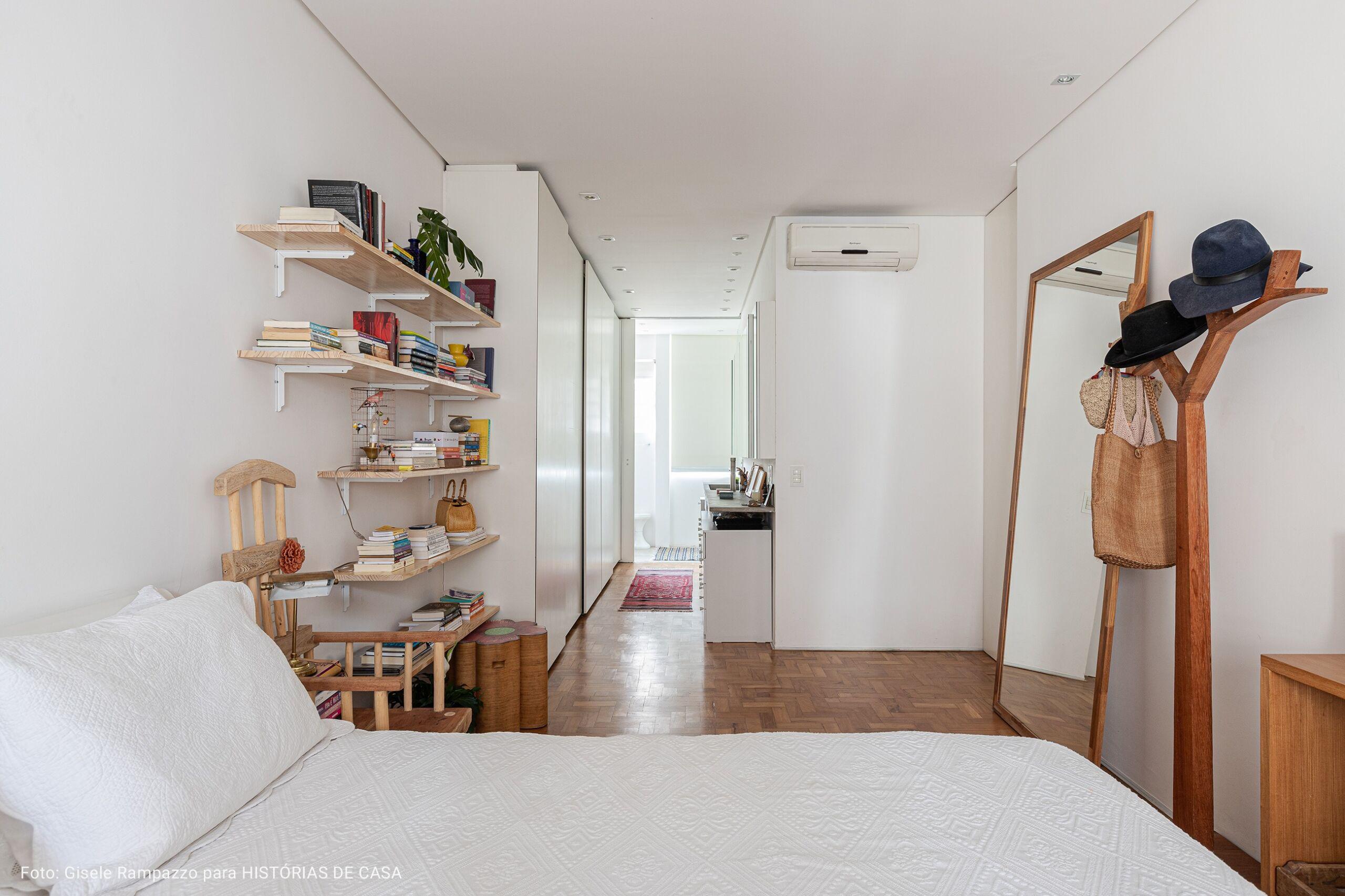 quarto com corredor para o banheiro