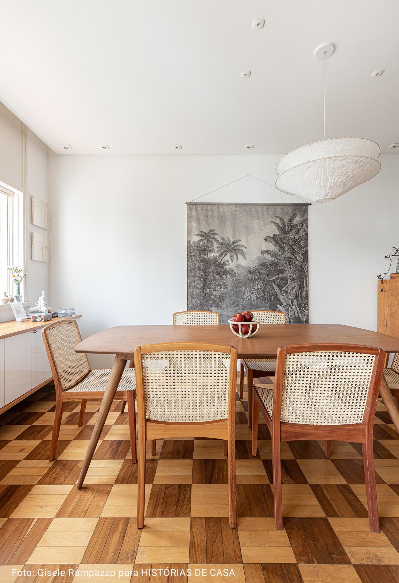 mesa de jantar com maçãs na mesa