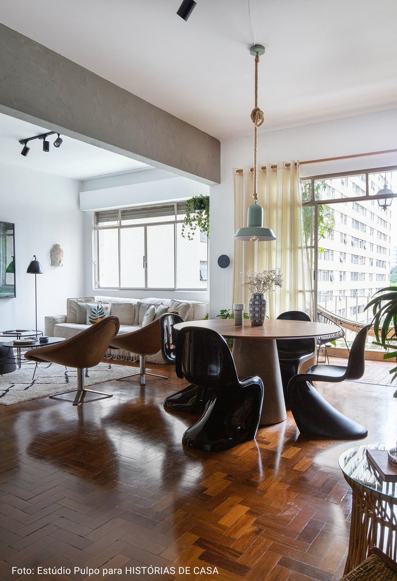 apartamento com cadeiras estilo anos 70
