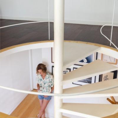 mesanino com escada em espiral branca