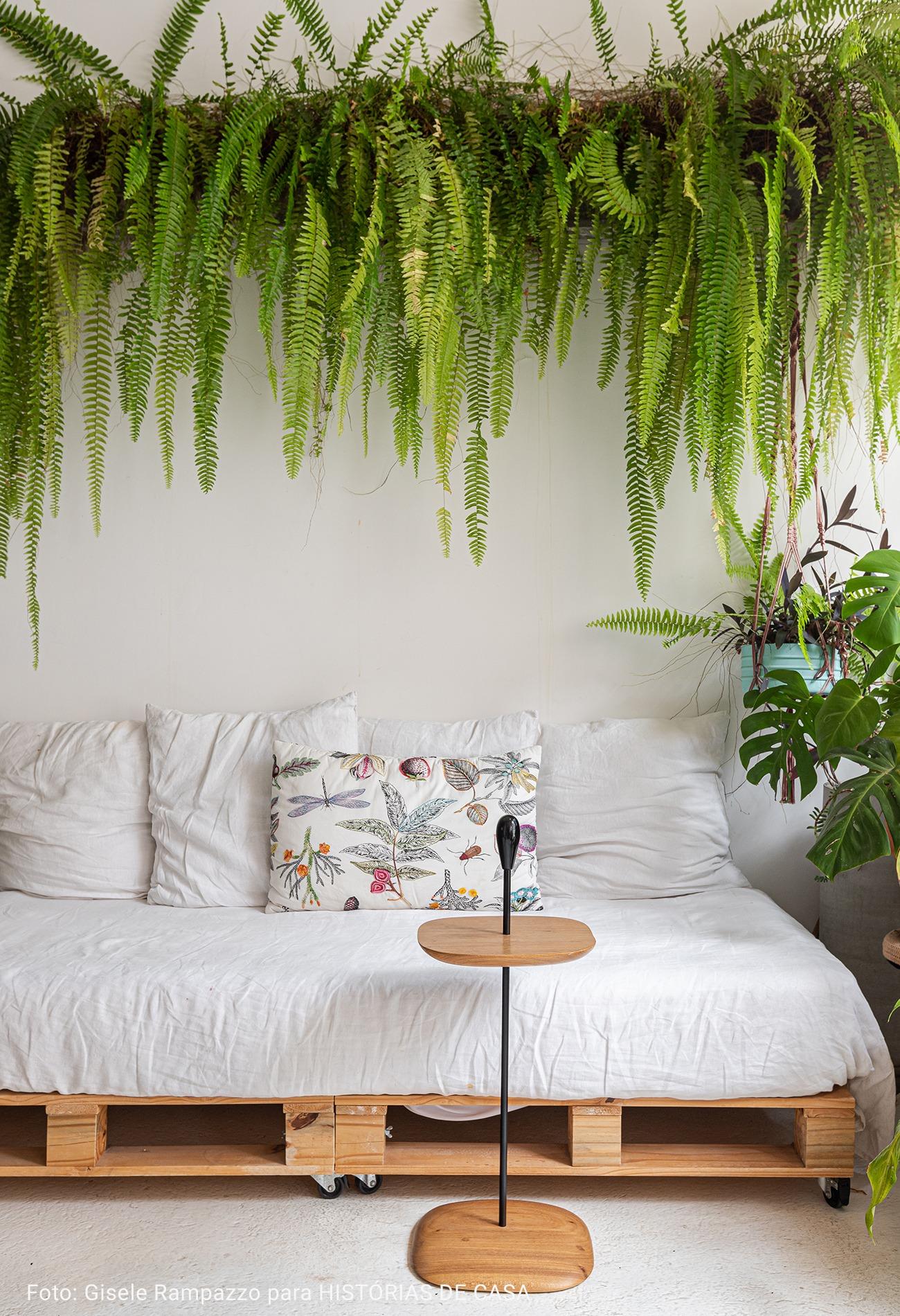 varanda com sofá branco
