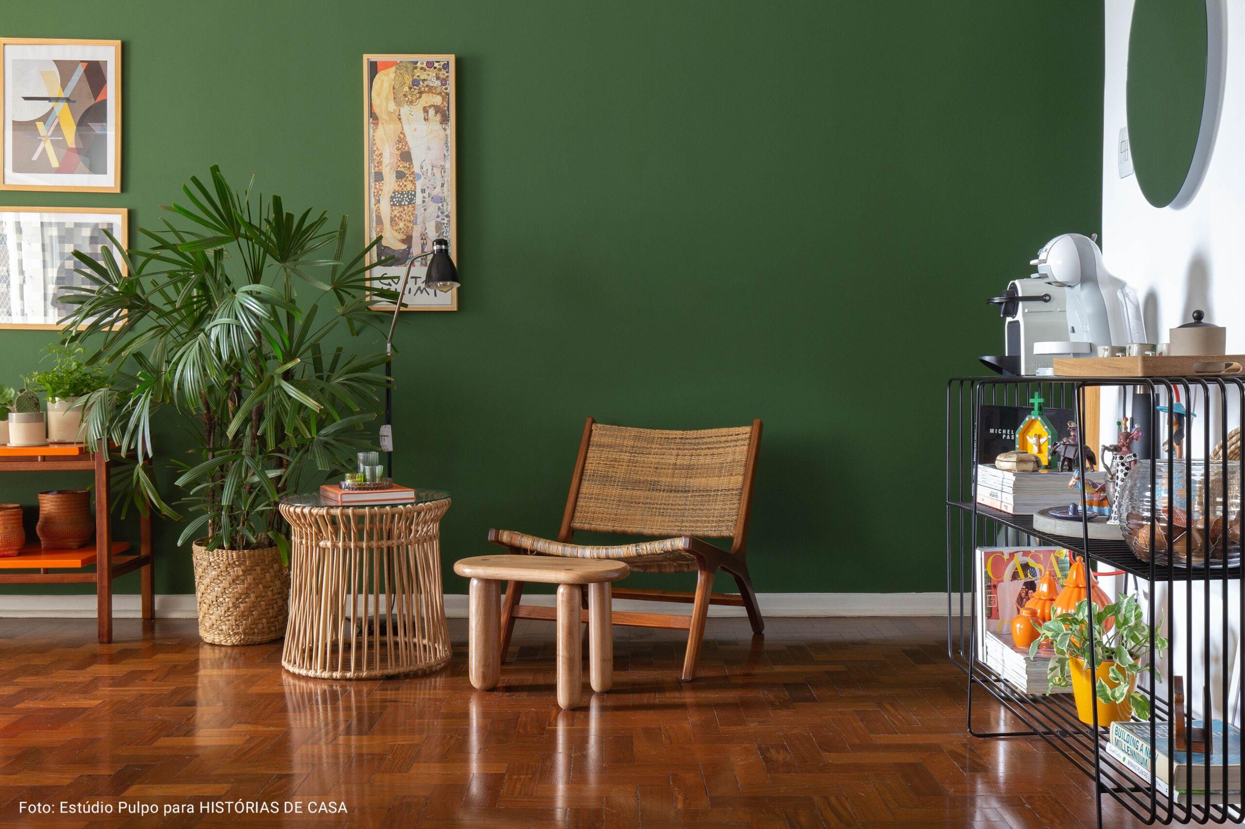sala com parede verde espinafre