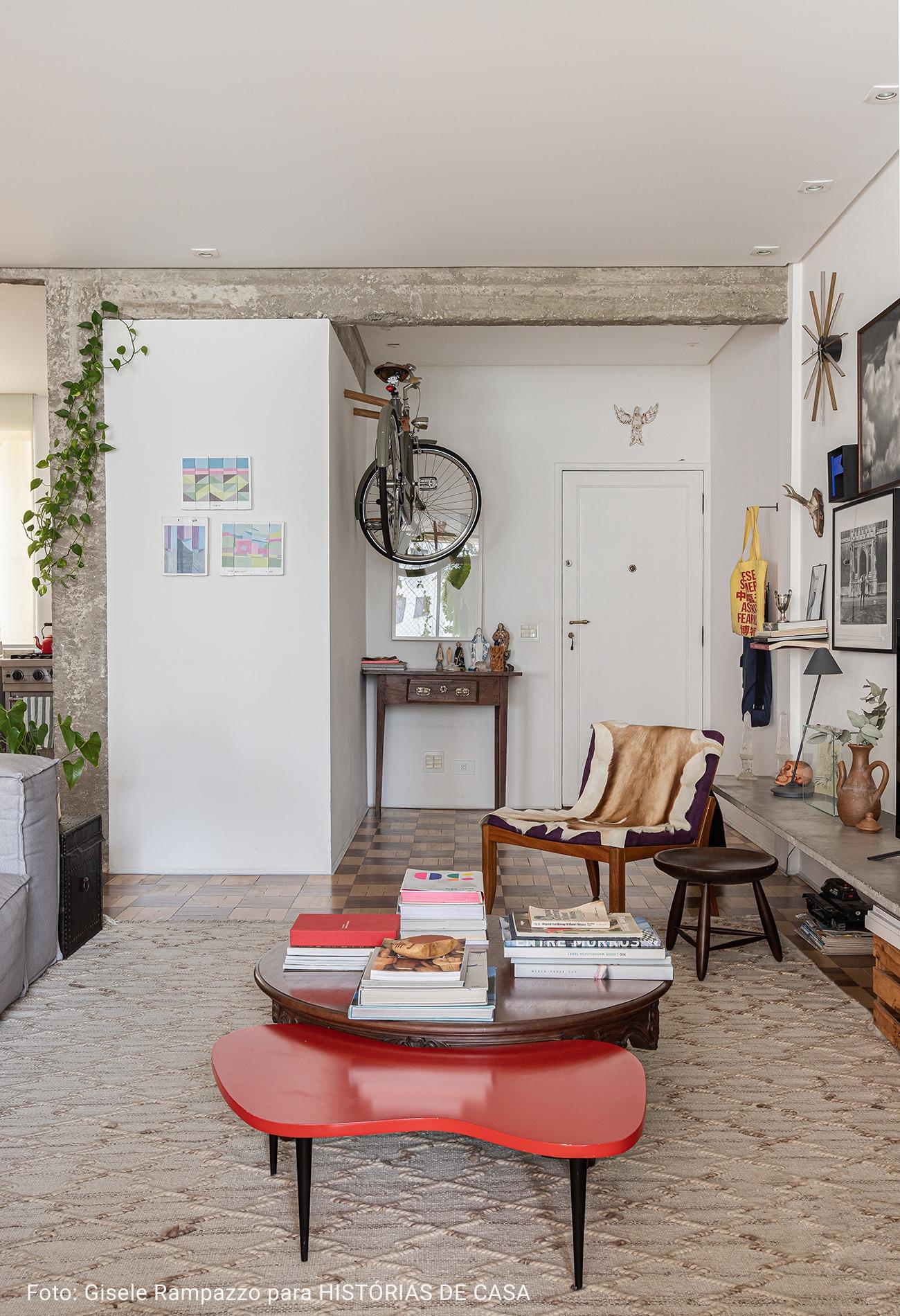 sala com bicileta na entrada