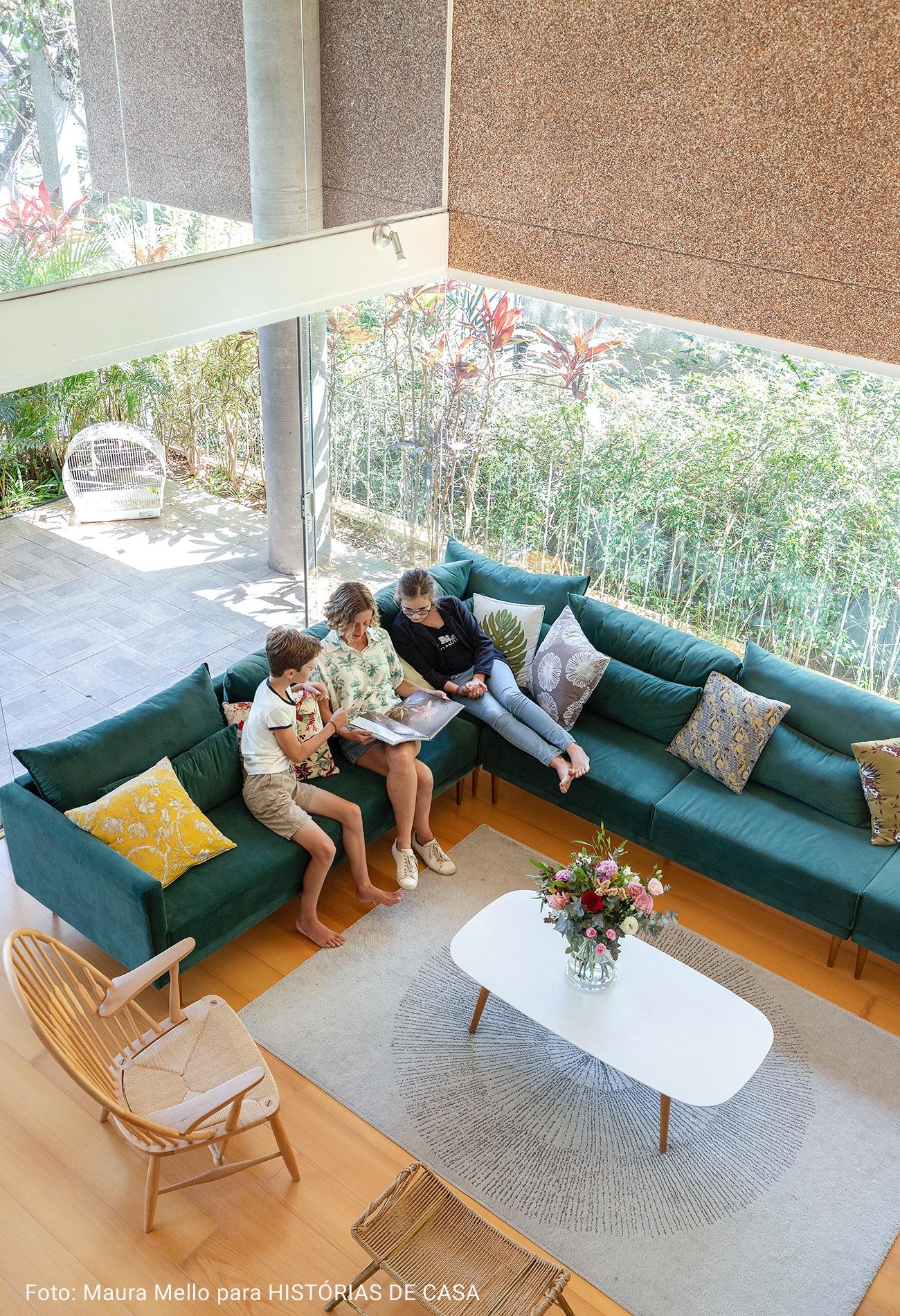 sala de estar com poltrona de madeira
