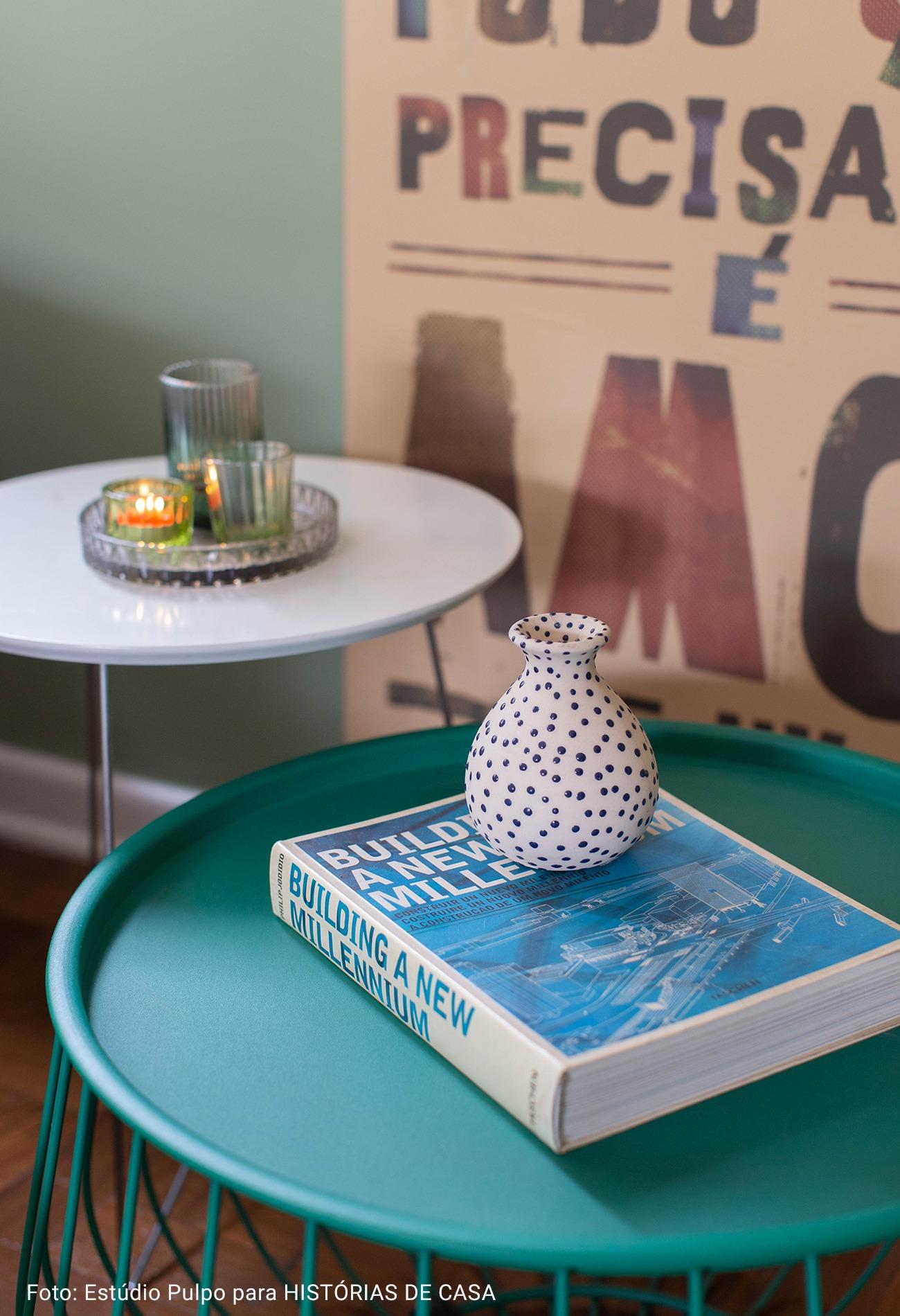 mesa de apoio com vaso de poa