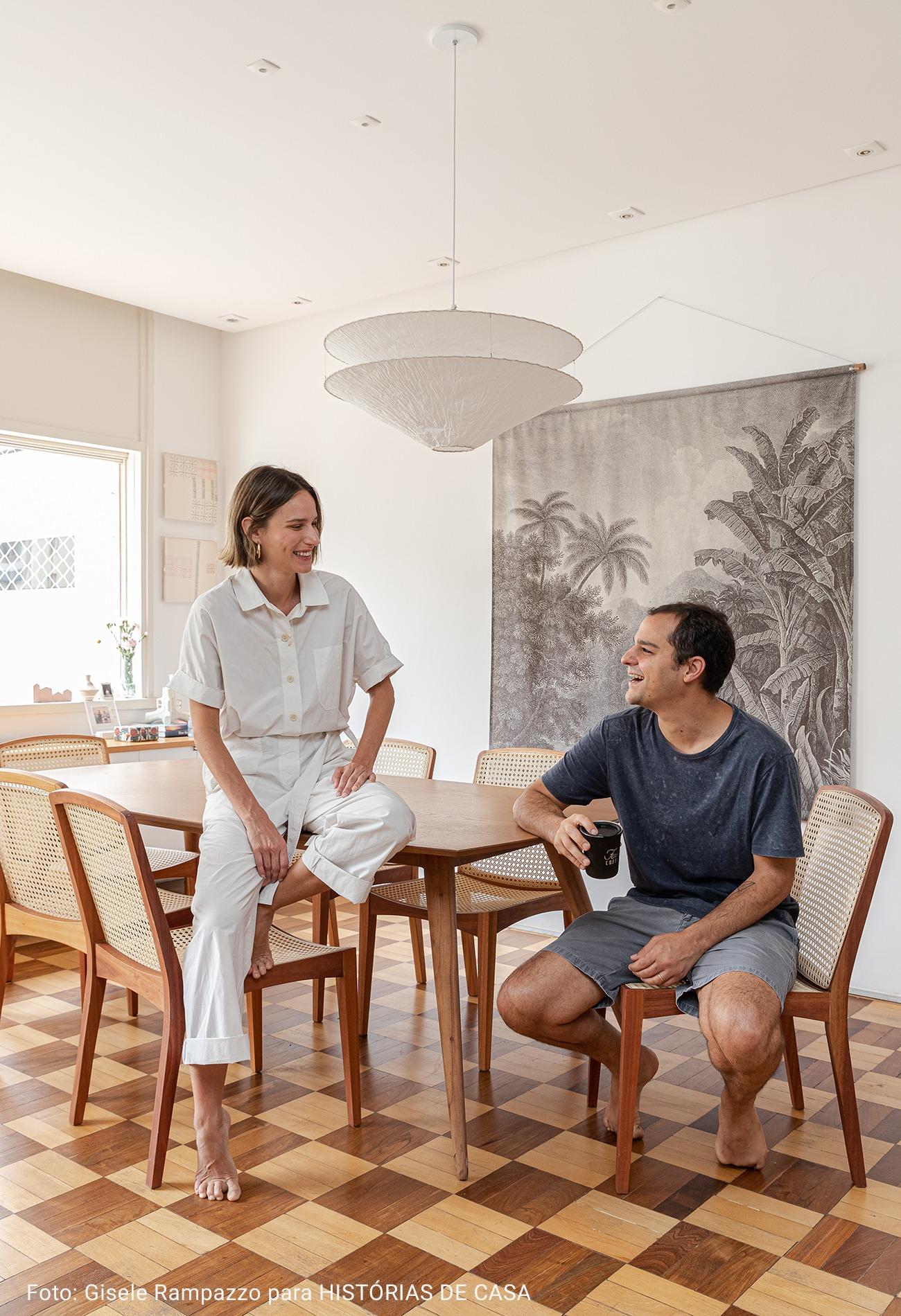 sala ampla com tapeçaria tropical