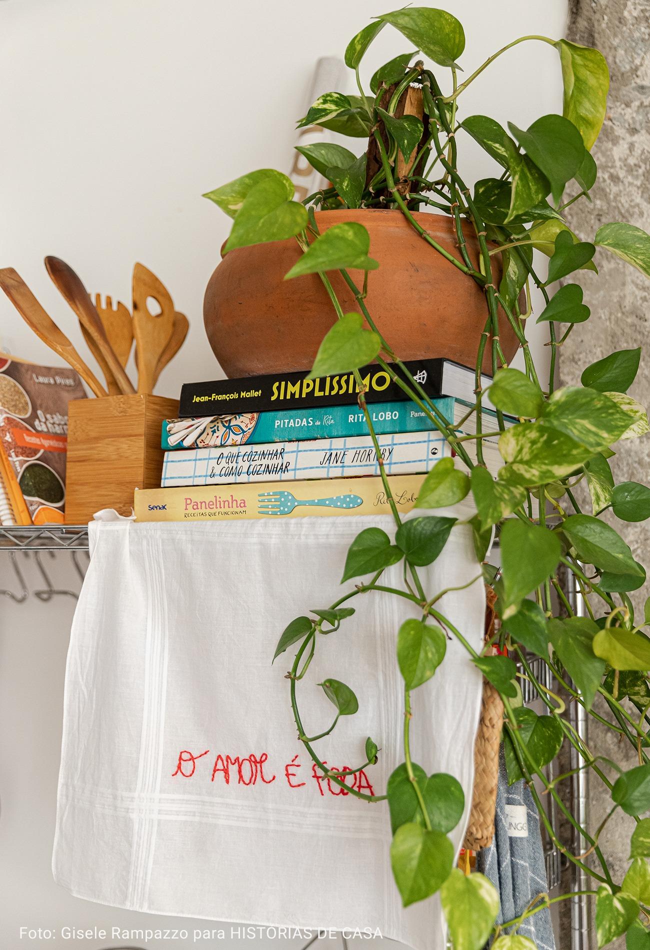 detalhe estante cozinha com livros