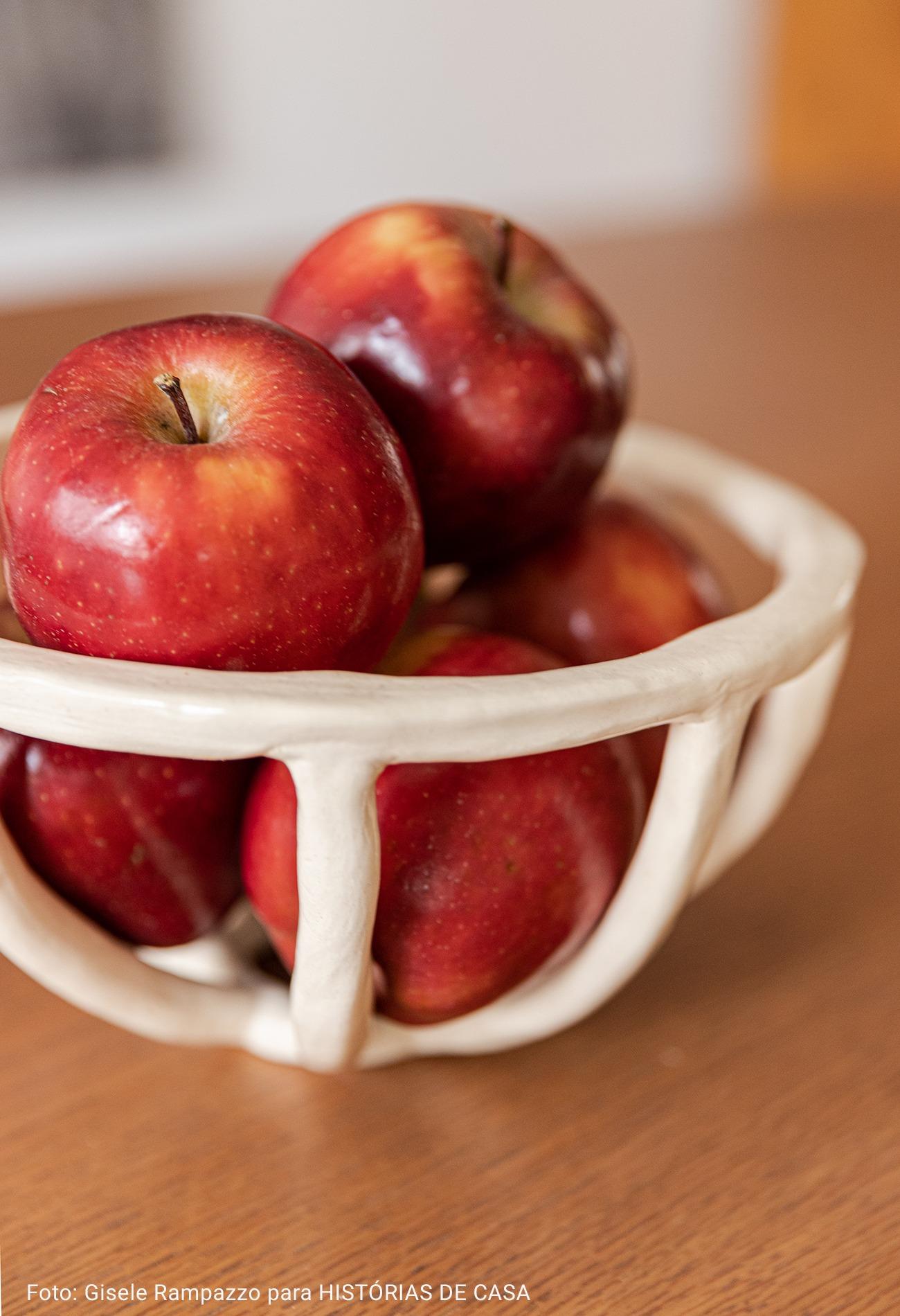 maçãs em fruteira branca