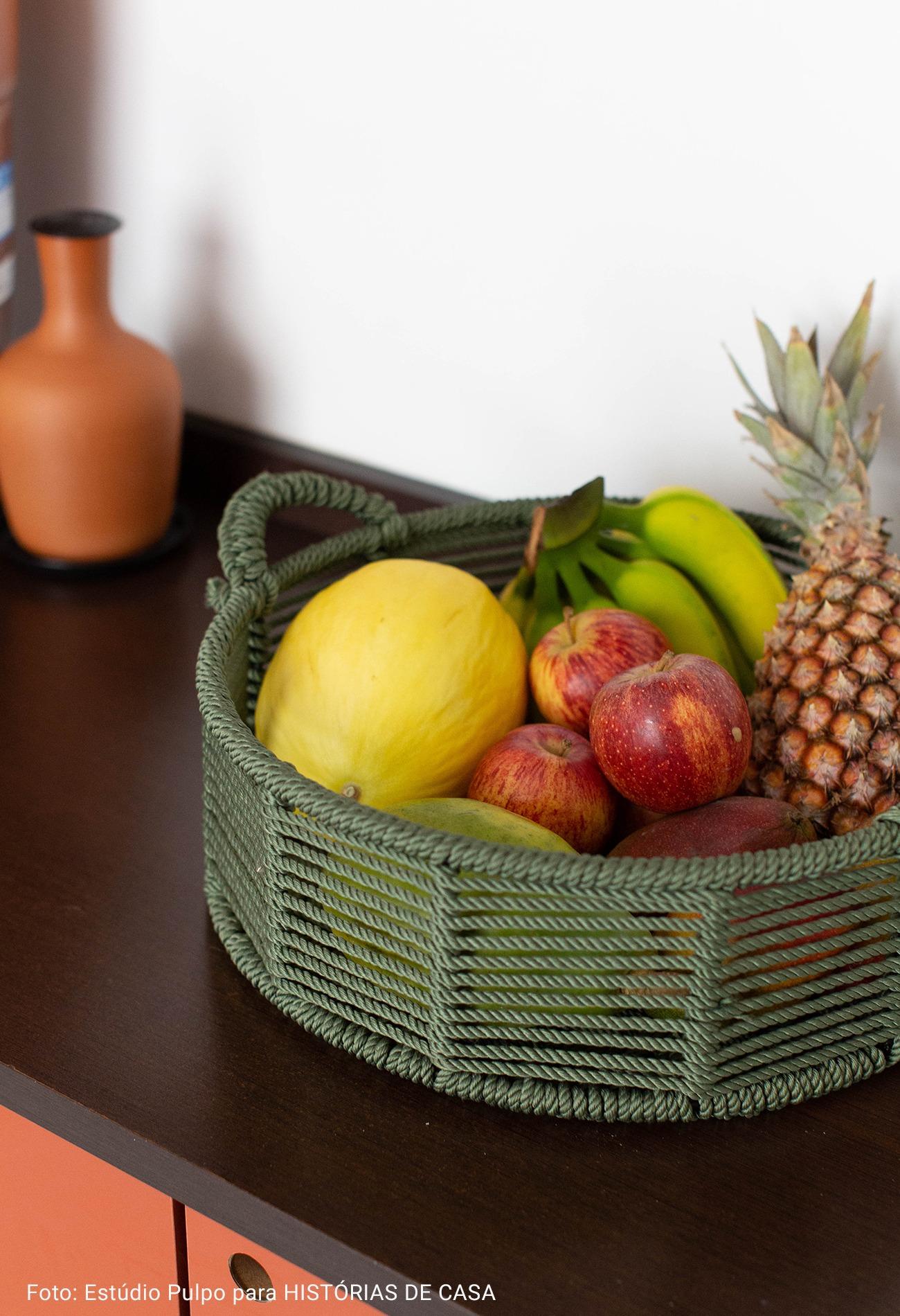 fruteira de palha colorida
