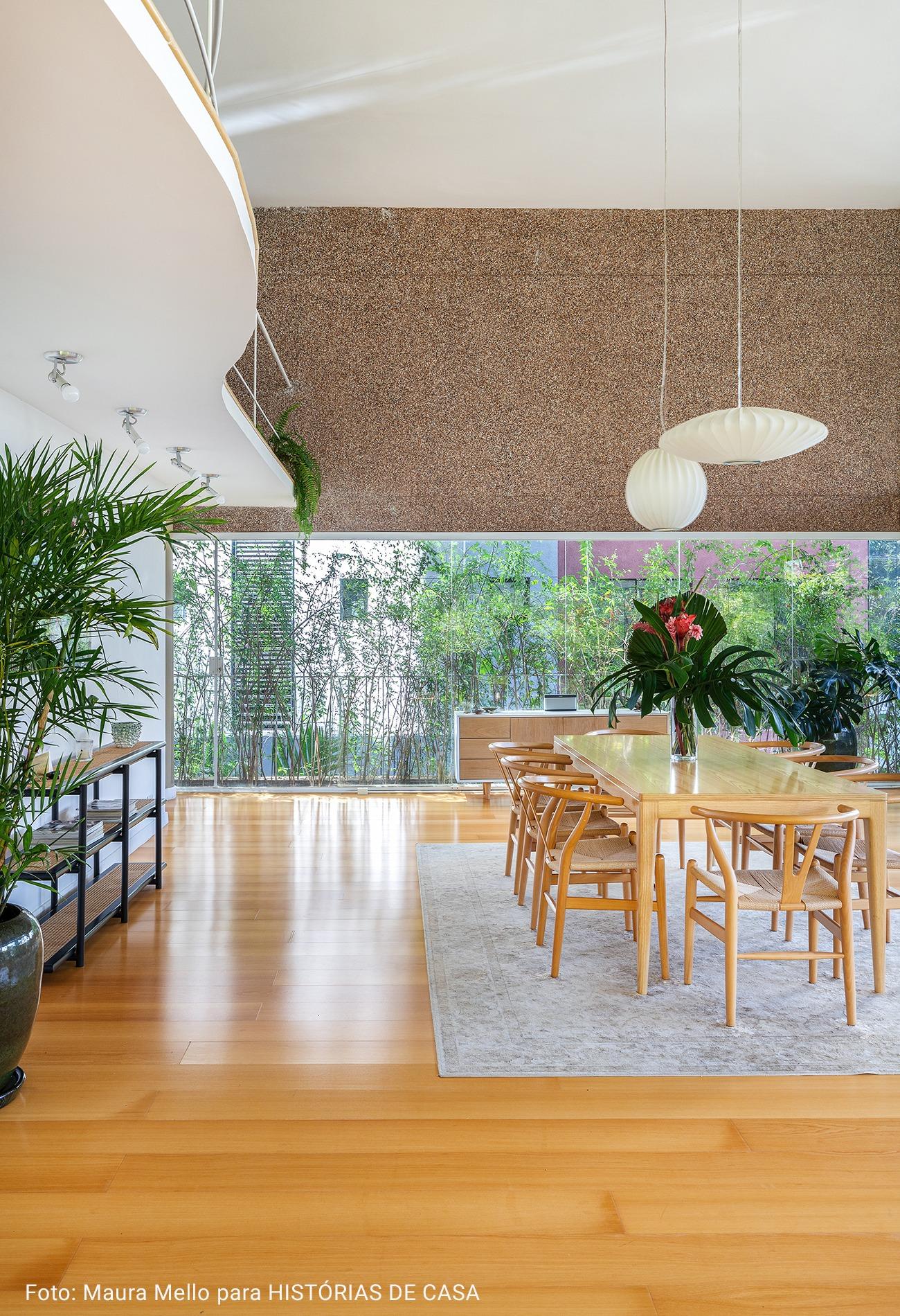 sala de jantar com plantas e mesanino