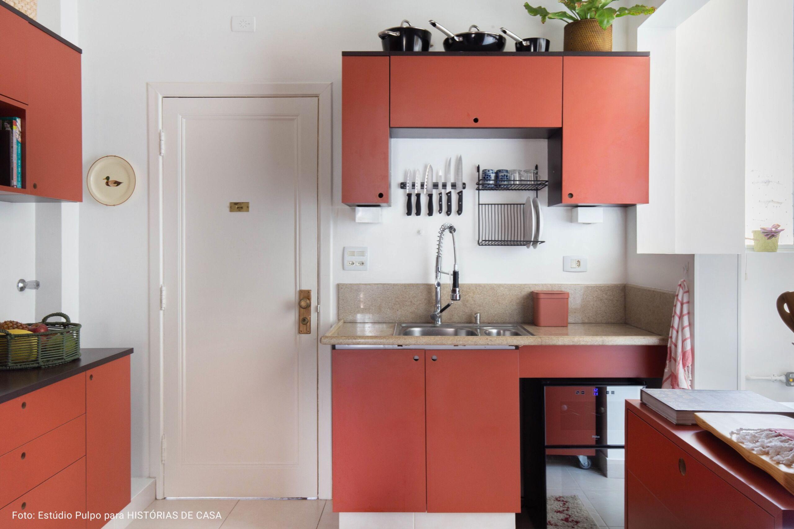 cozinha minimalista com armario colorido