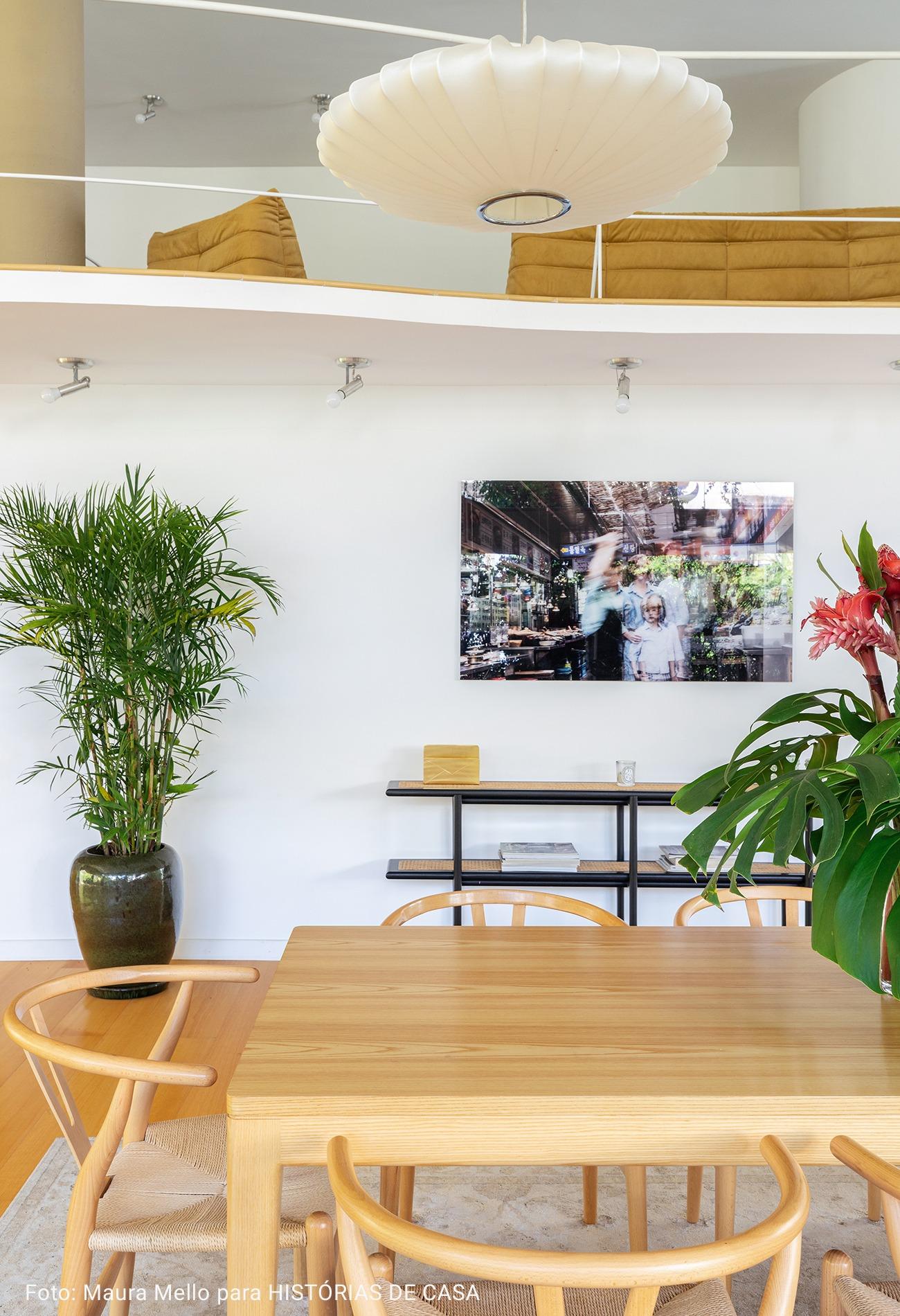 sala de jantar com mesa de apoio e fotografia
