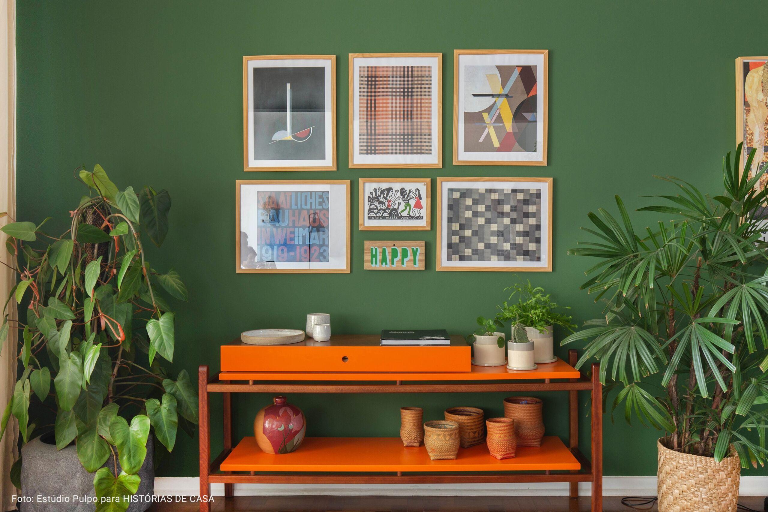 sala com parede verde escuro