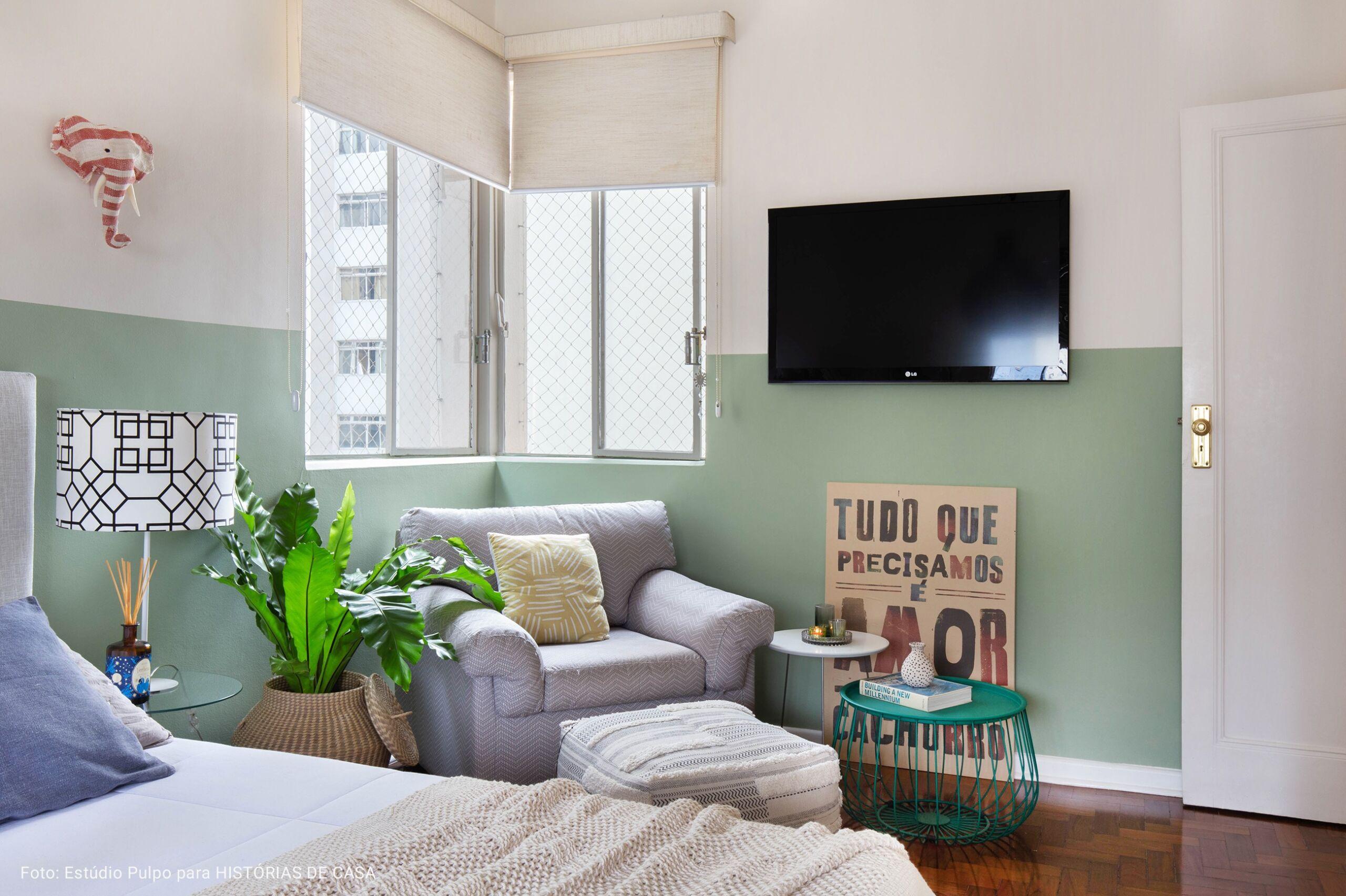 quarto com meia parede verde clara