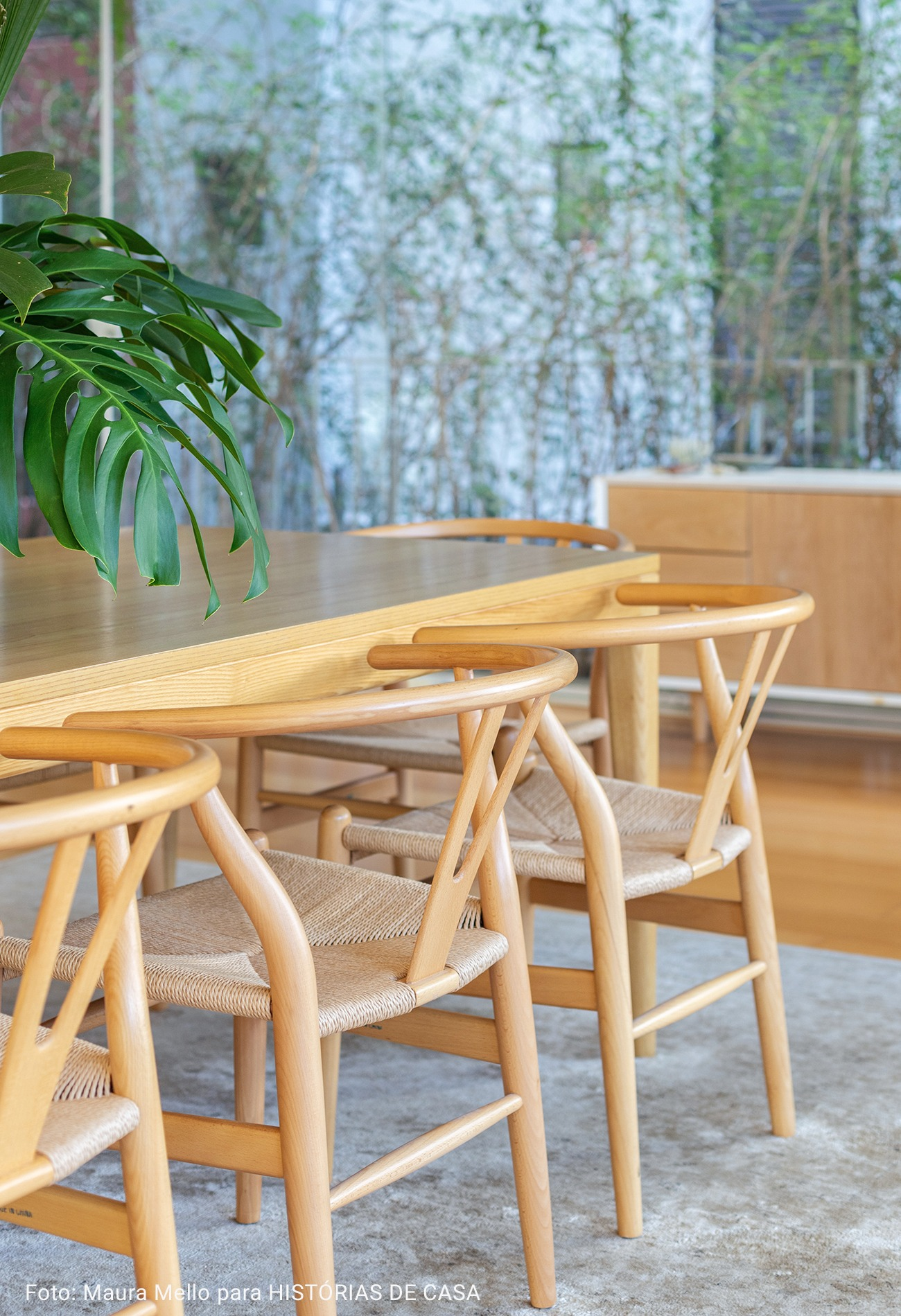 close de cadeira rústica com madeira e palha