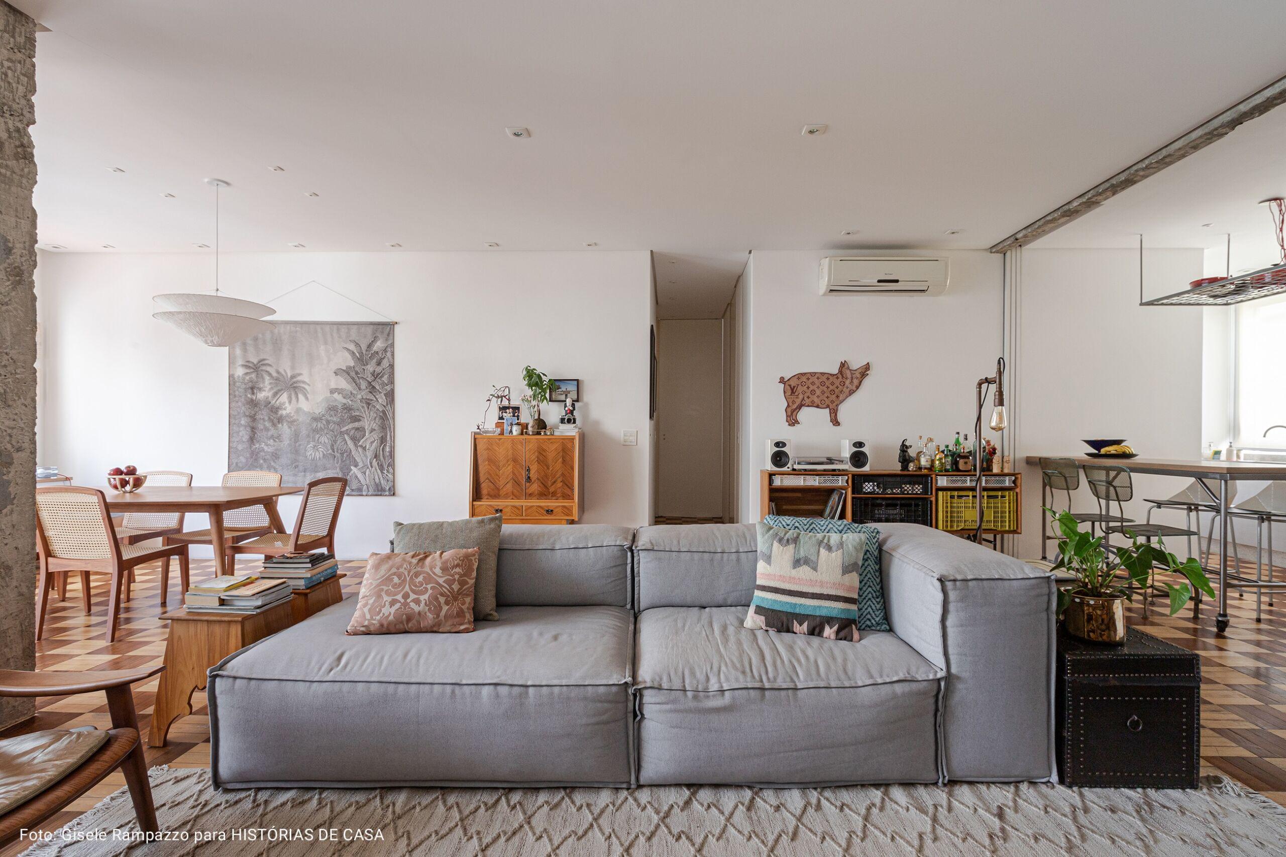 sala ampla com sofá cinza