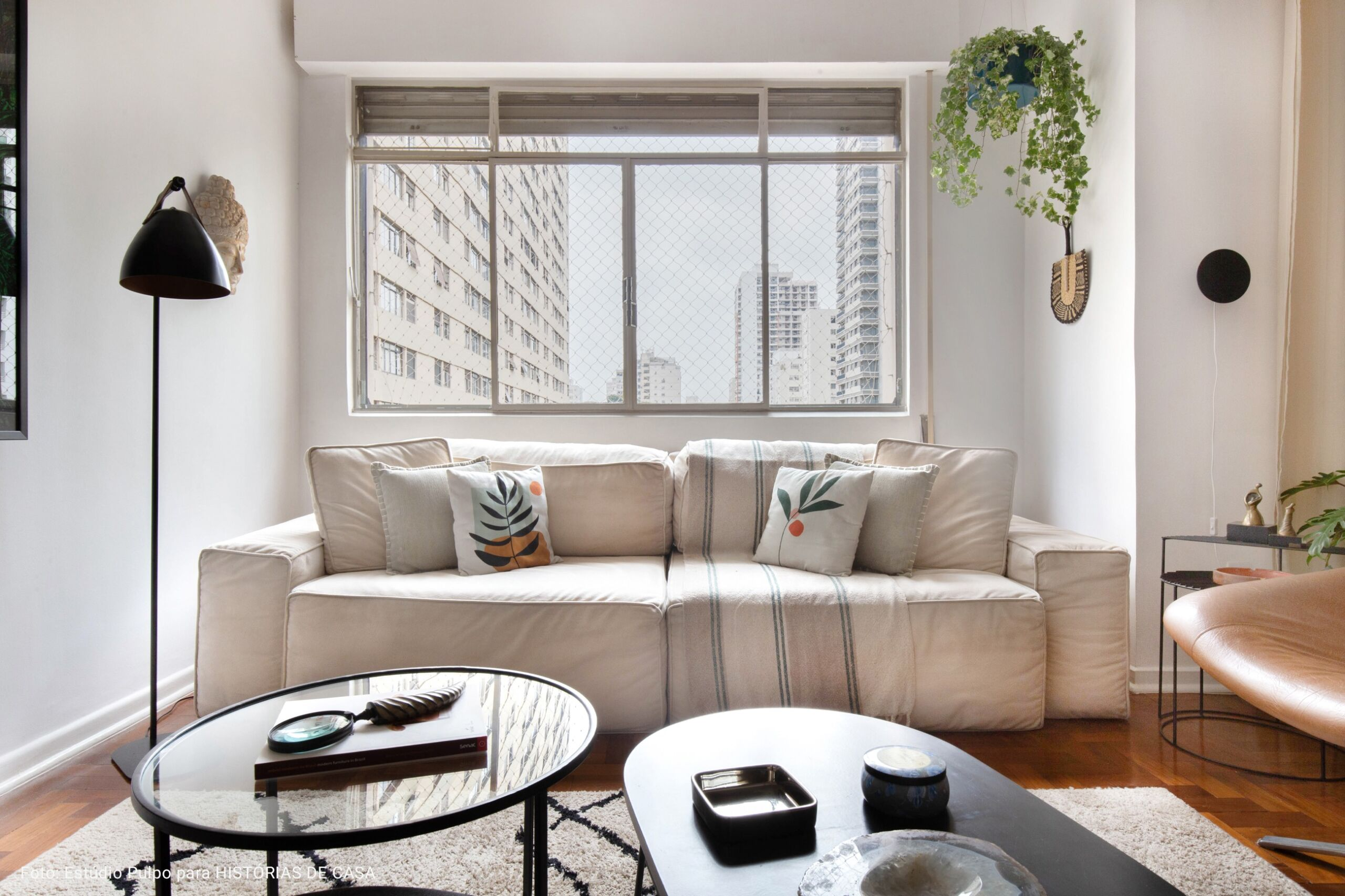 apartamento com mesa de apoio oval