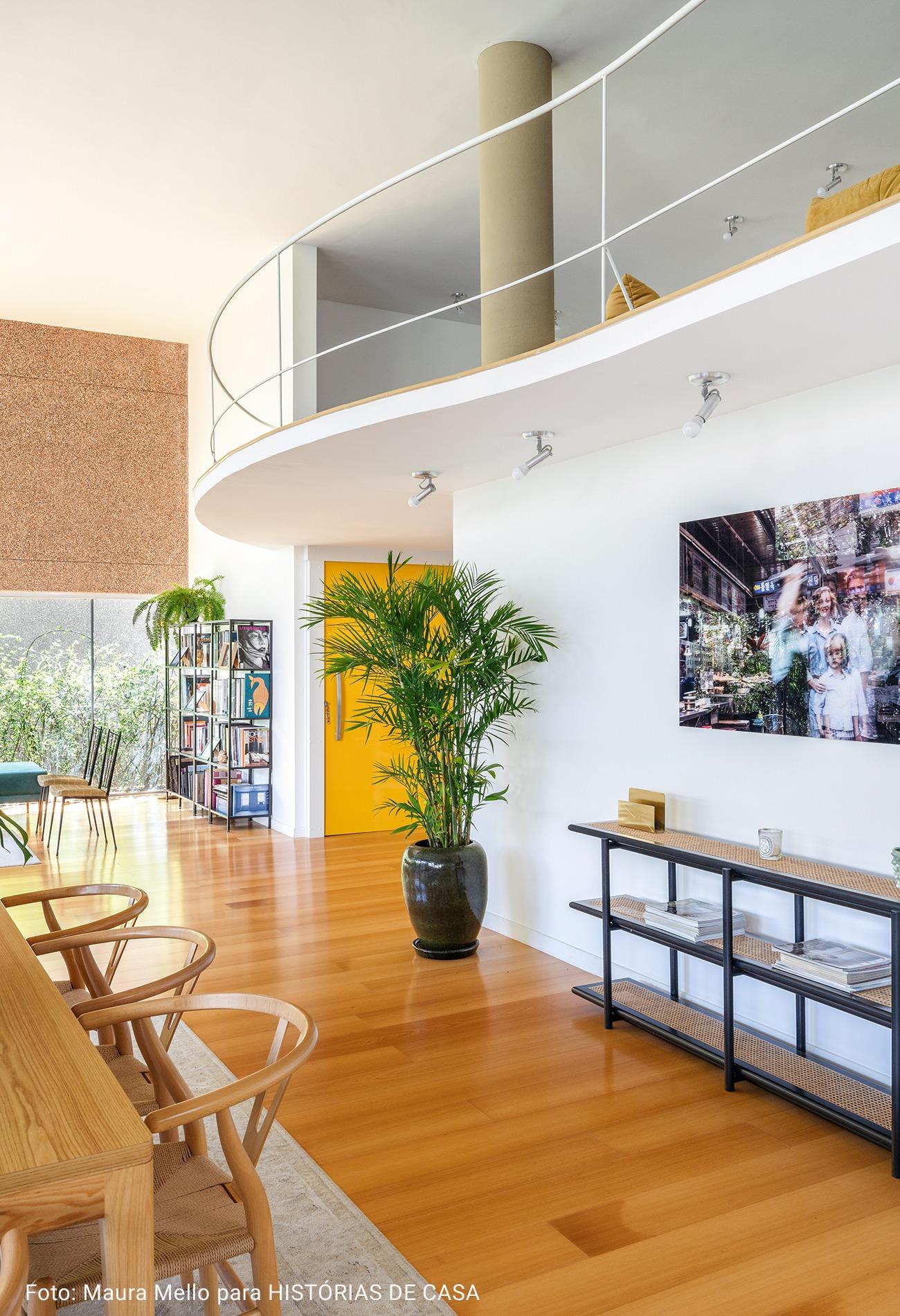 sala com piso laminado claro e mesanino ondulado