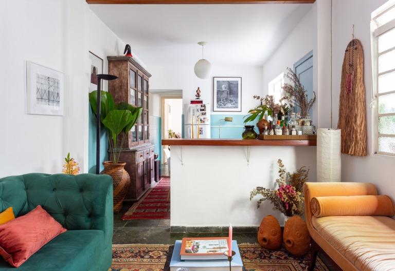 sala com objetos indígenas e artigos garimpados