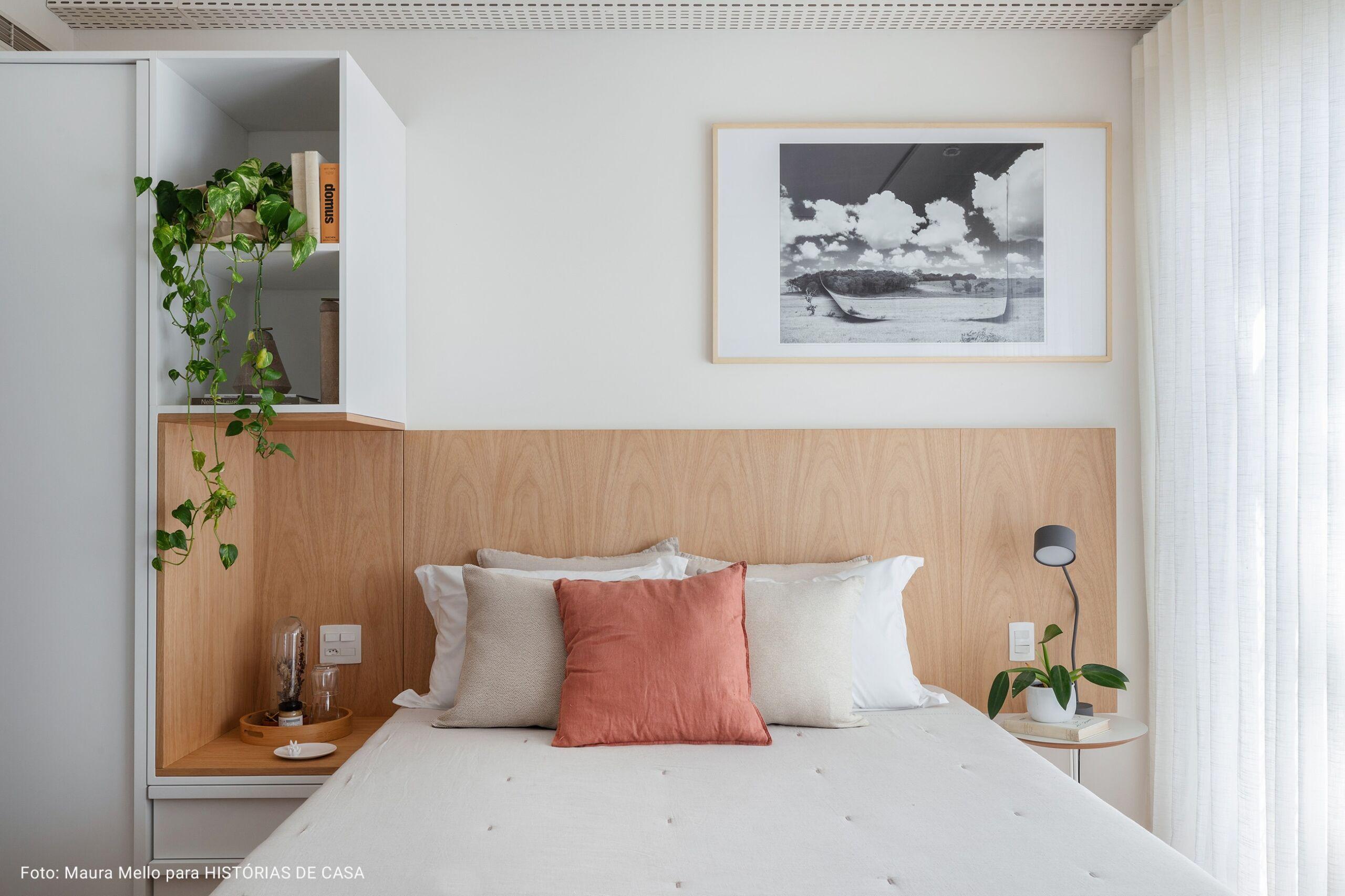 quarto minimalista com alofada terracota