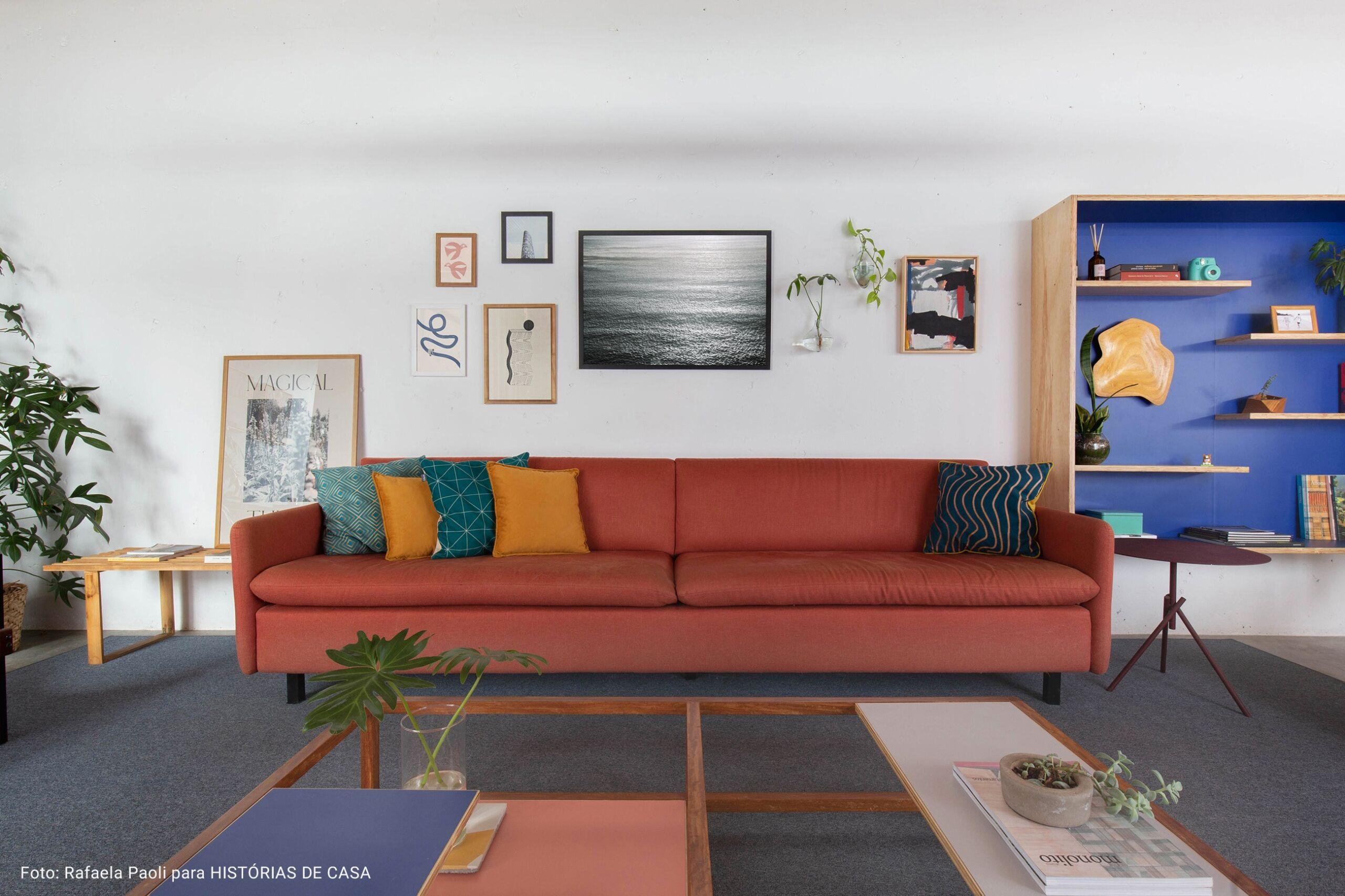 sala de estar com parede de quadros