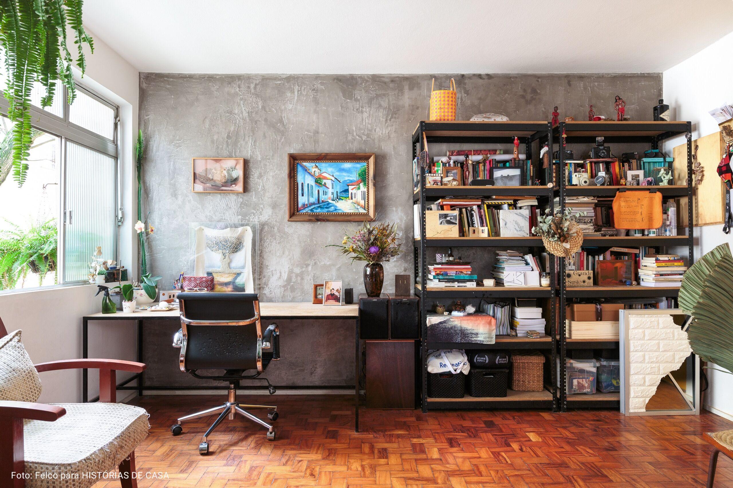 home office com prateleira de ferro