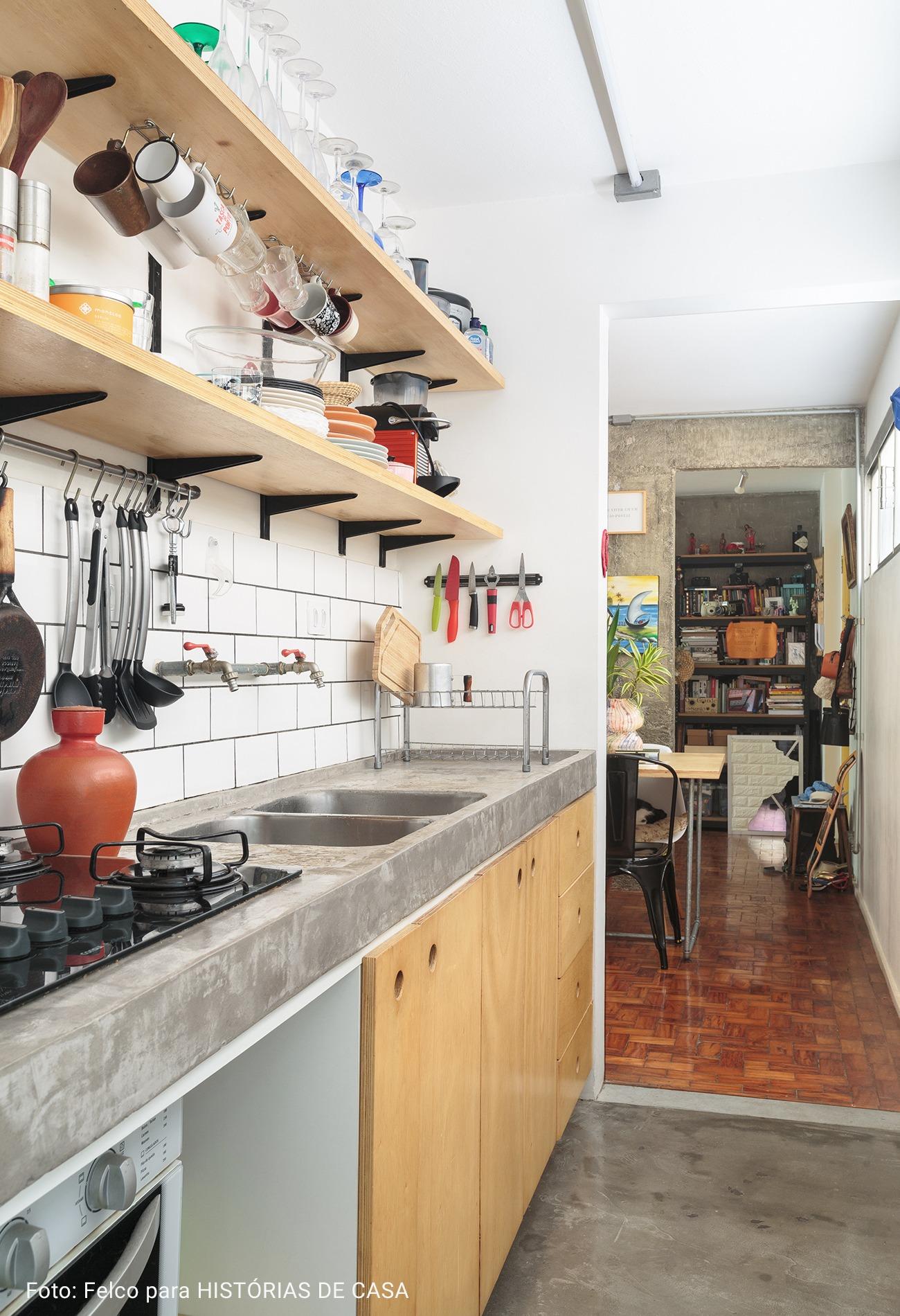 cozinha com prateleiras de pinus