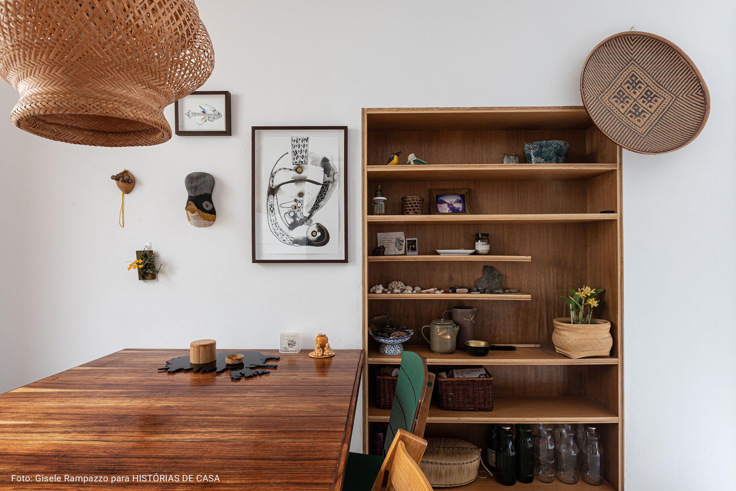 cozinha com luminária de palha artesanal