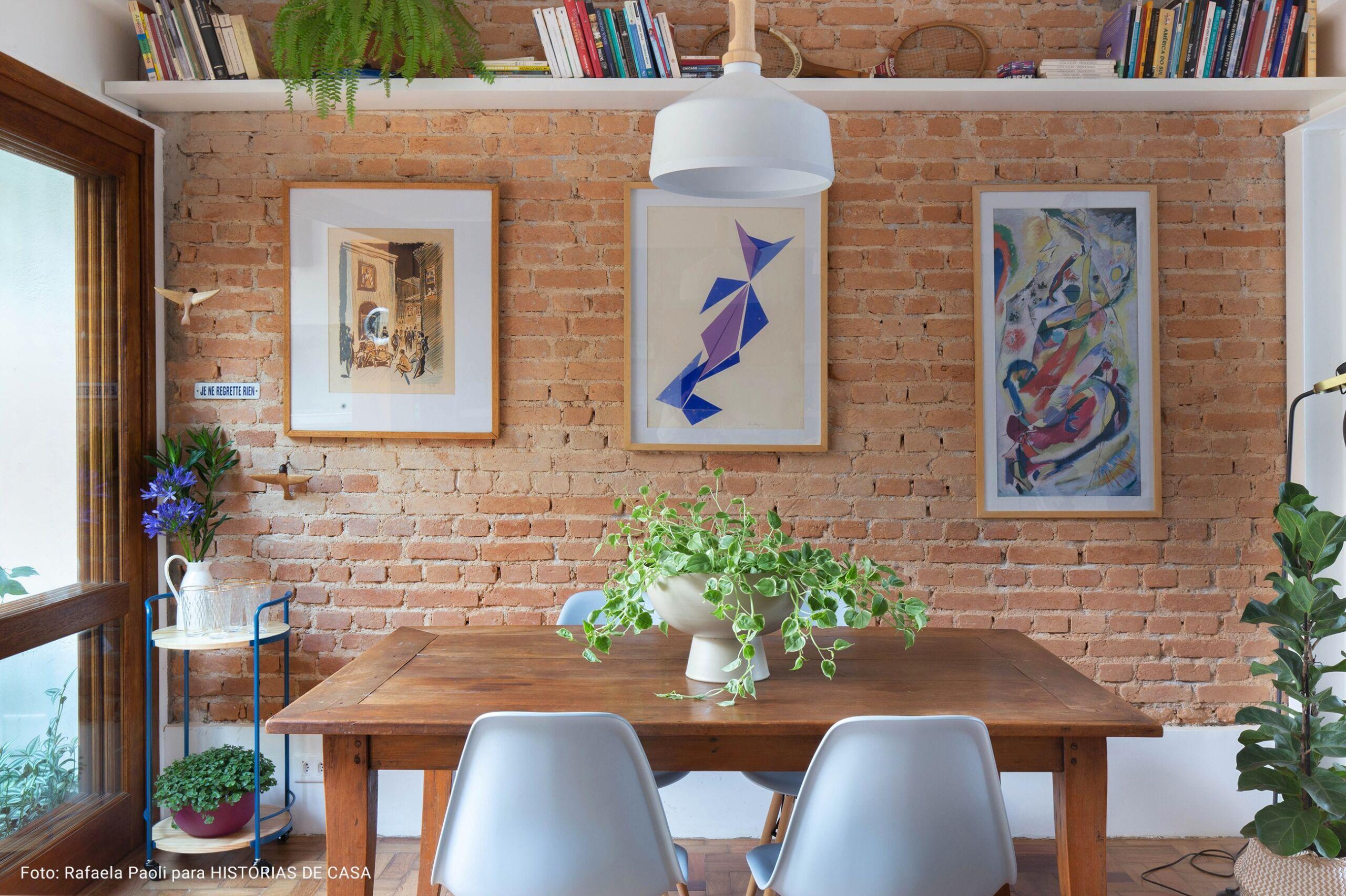 sala de jantar com cadeiras eames