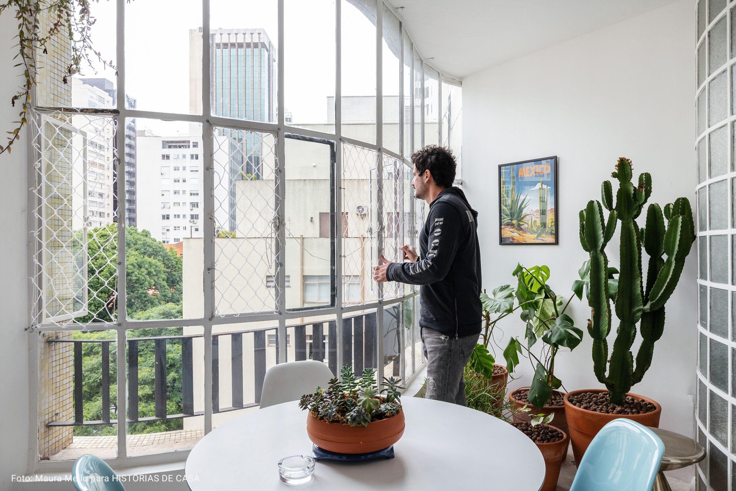 apartamento com varanda ampla e cadeira azul