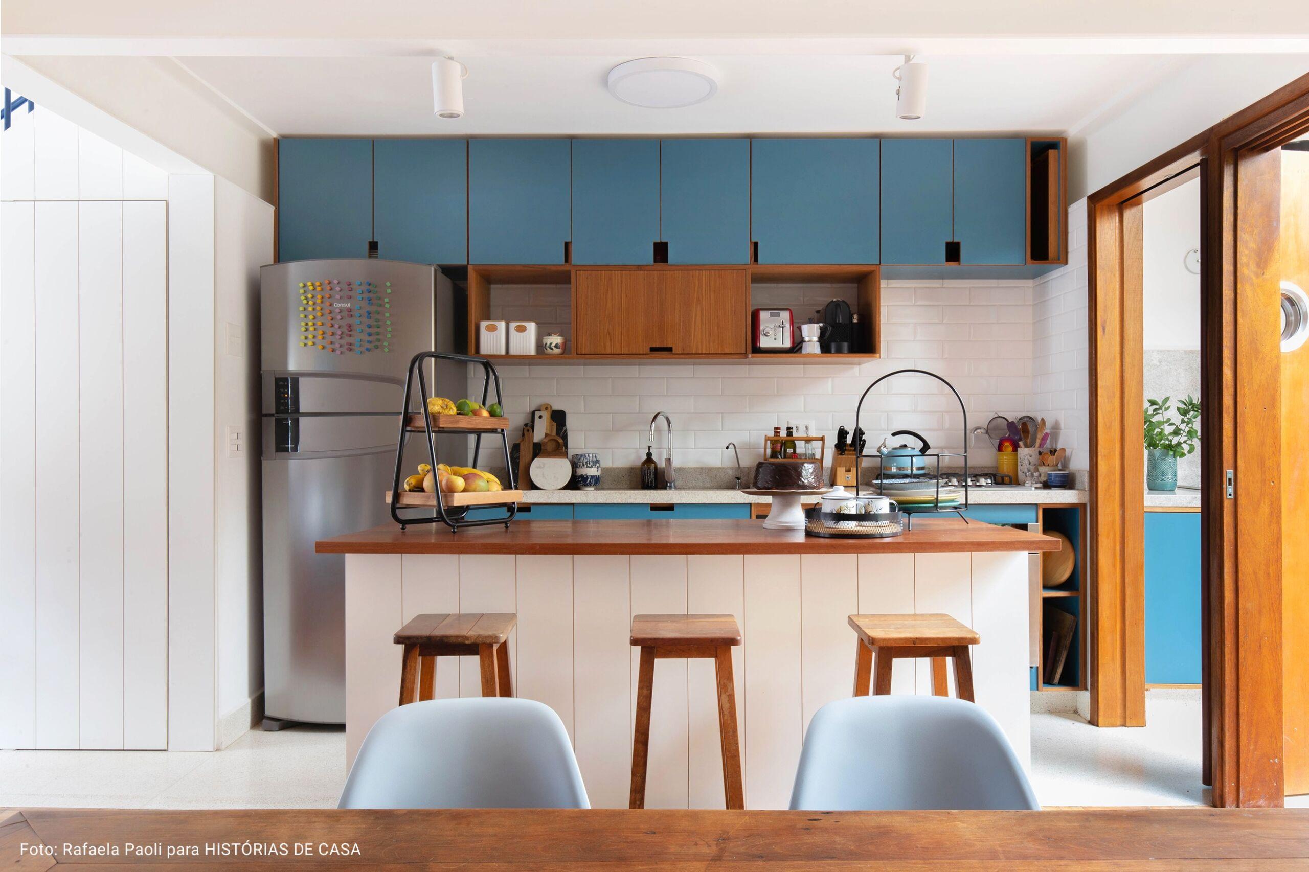 cozinha americana com armários coloridos