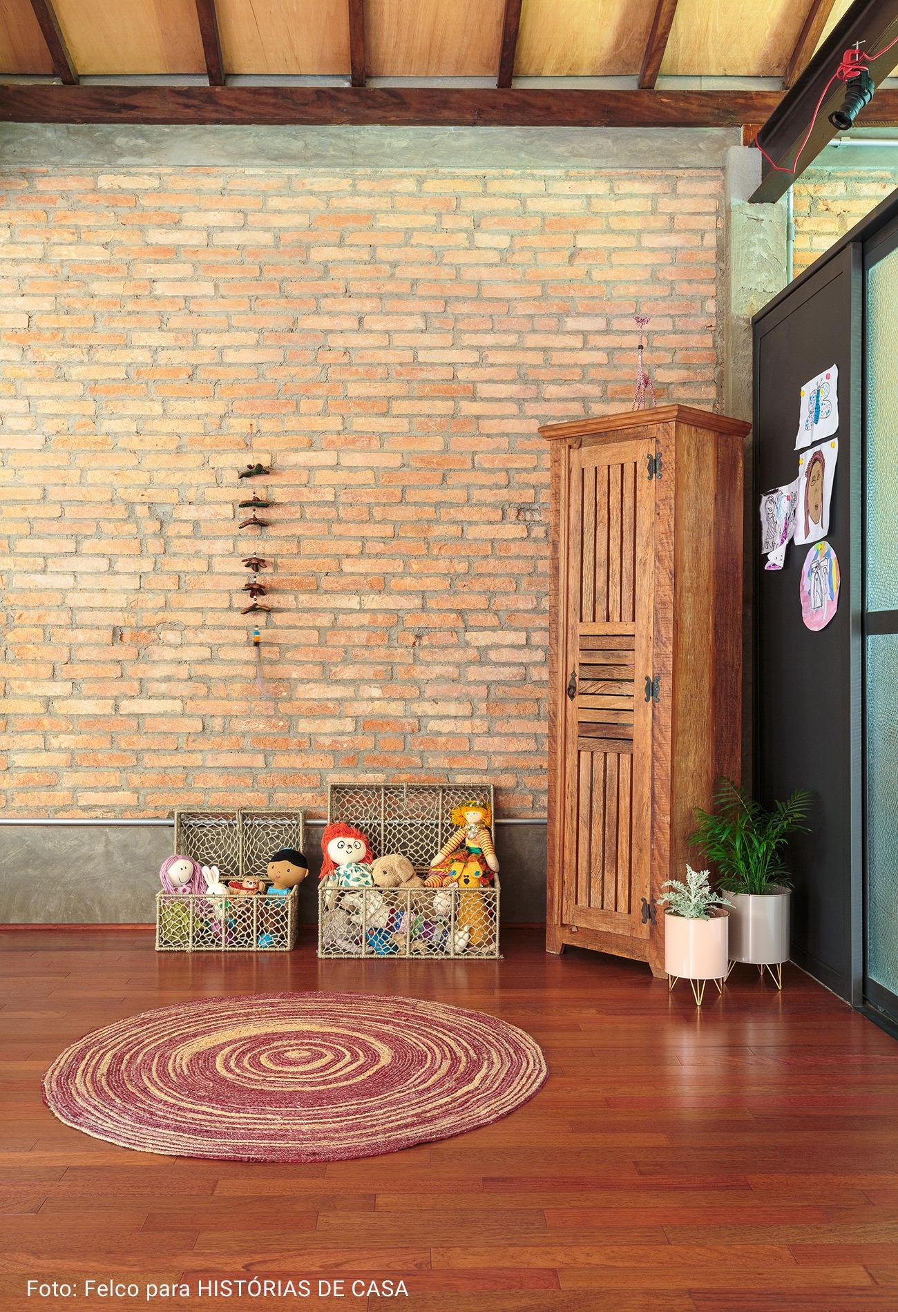 espaço infantil com armario de madeira