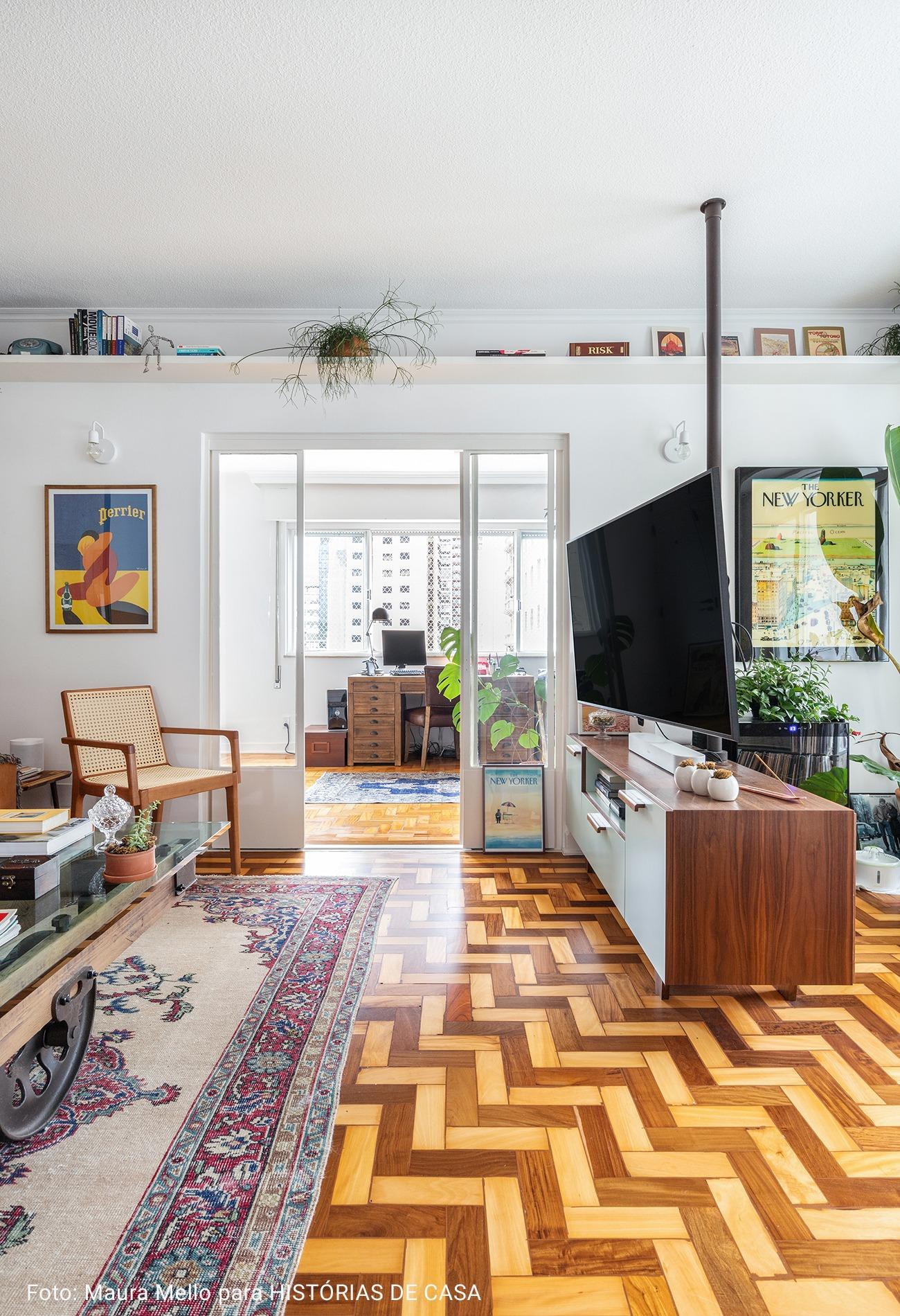 sala com chão de taco de diferentes madeiras