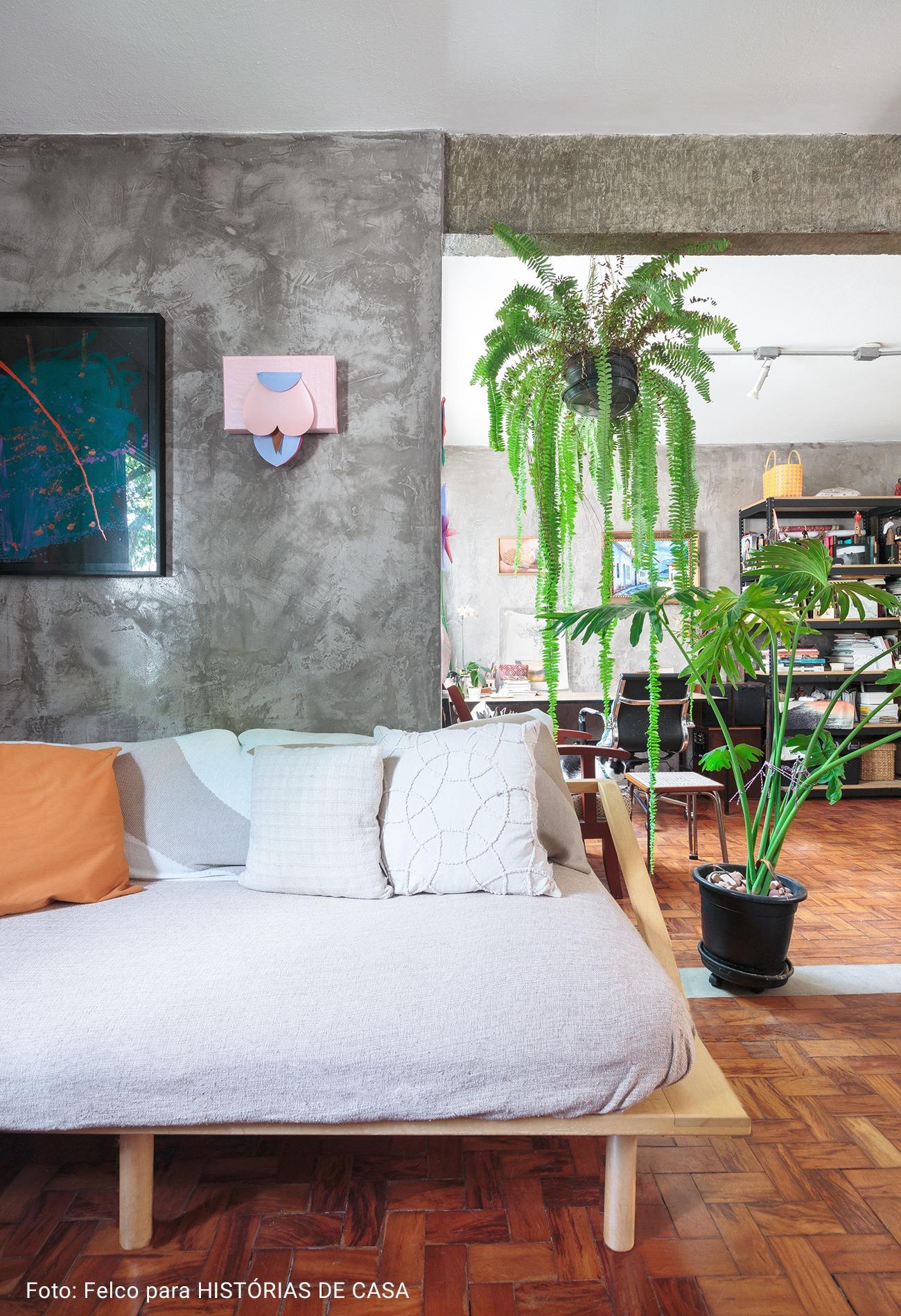sala de televisão com parede de cimento