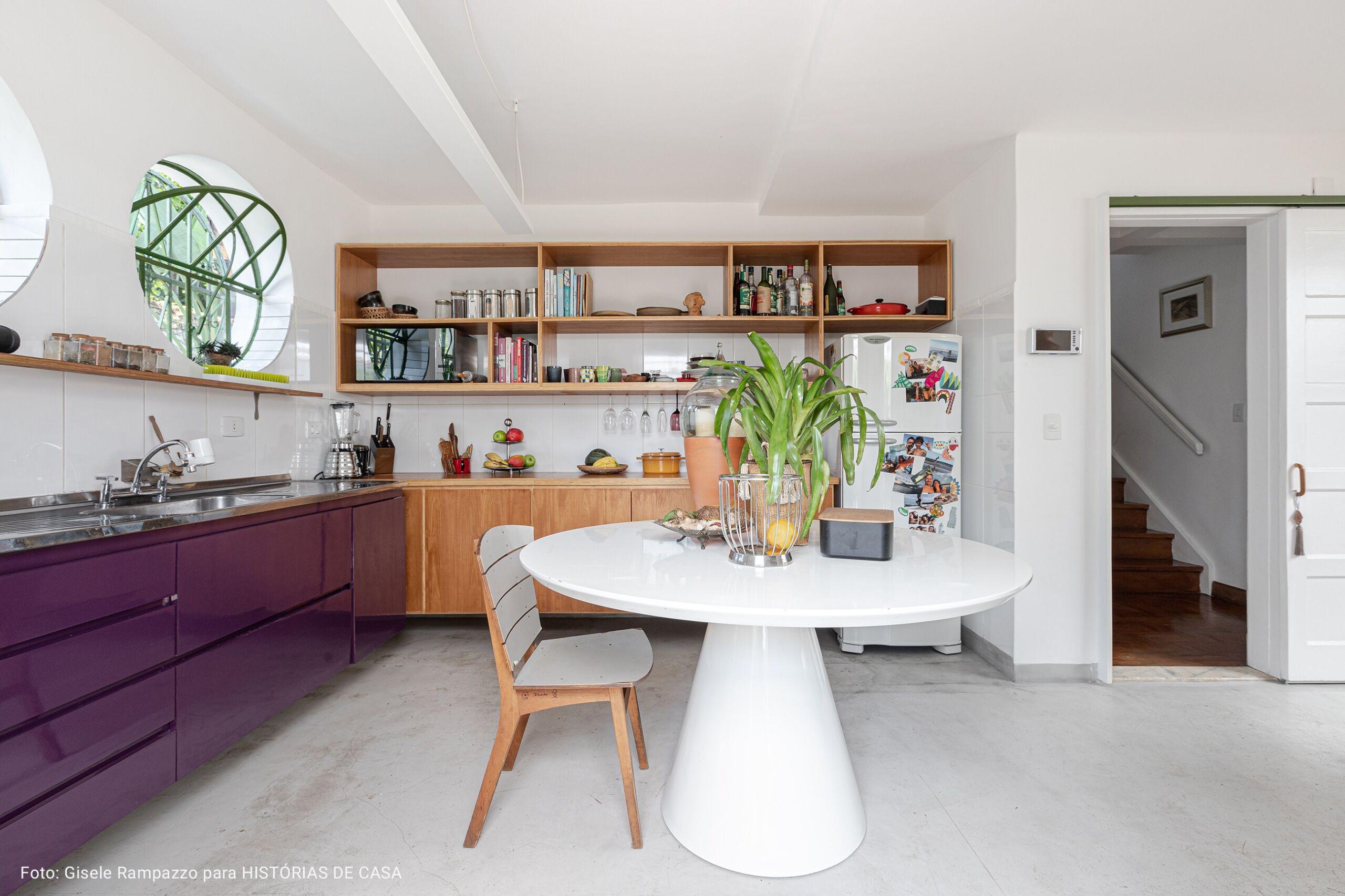 cozinha com mesa redonda branca