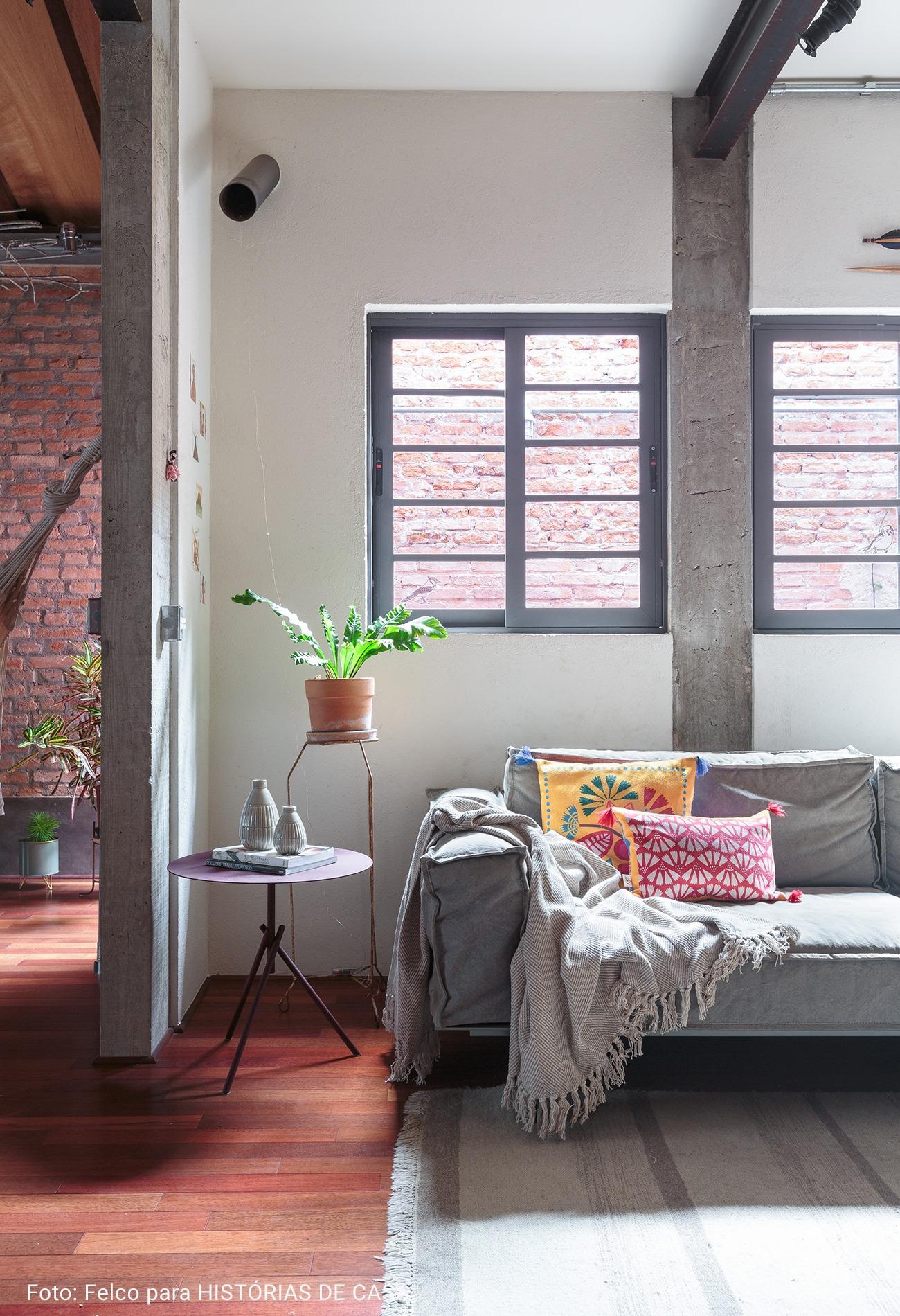 sofá cinza com almofadas coloridas