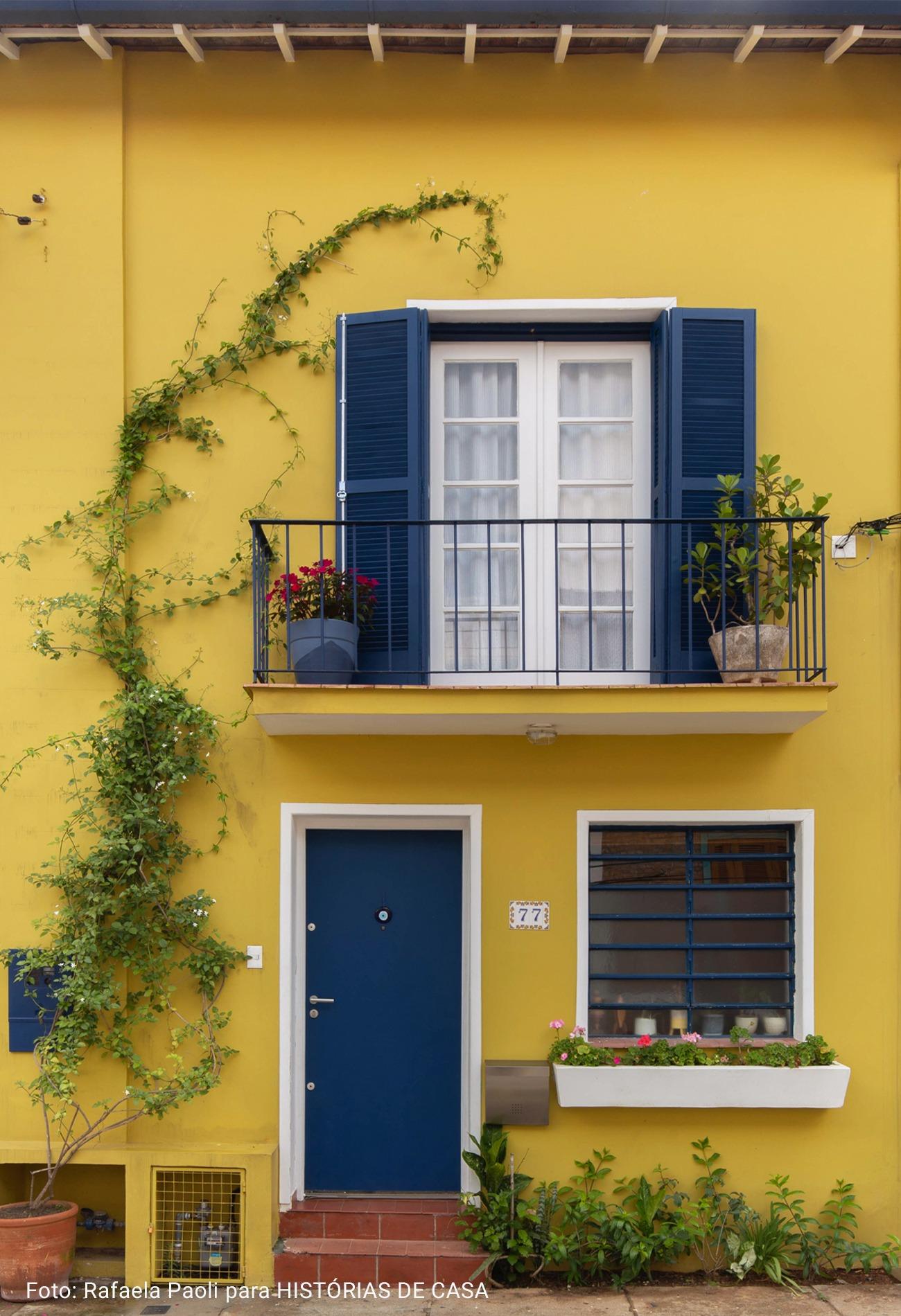 fachada amarela com folhagem invadindo