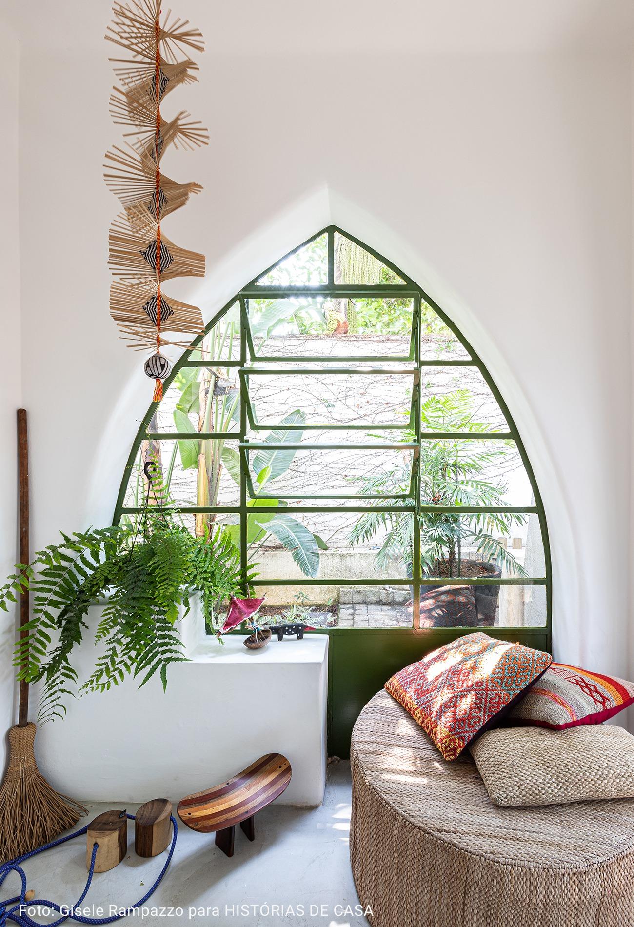 janela geométrica com vitral oriental