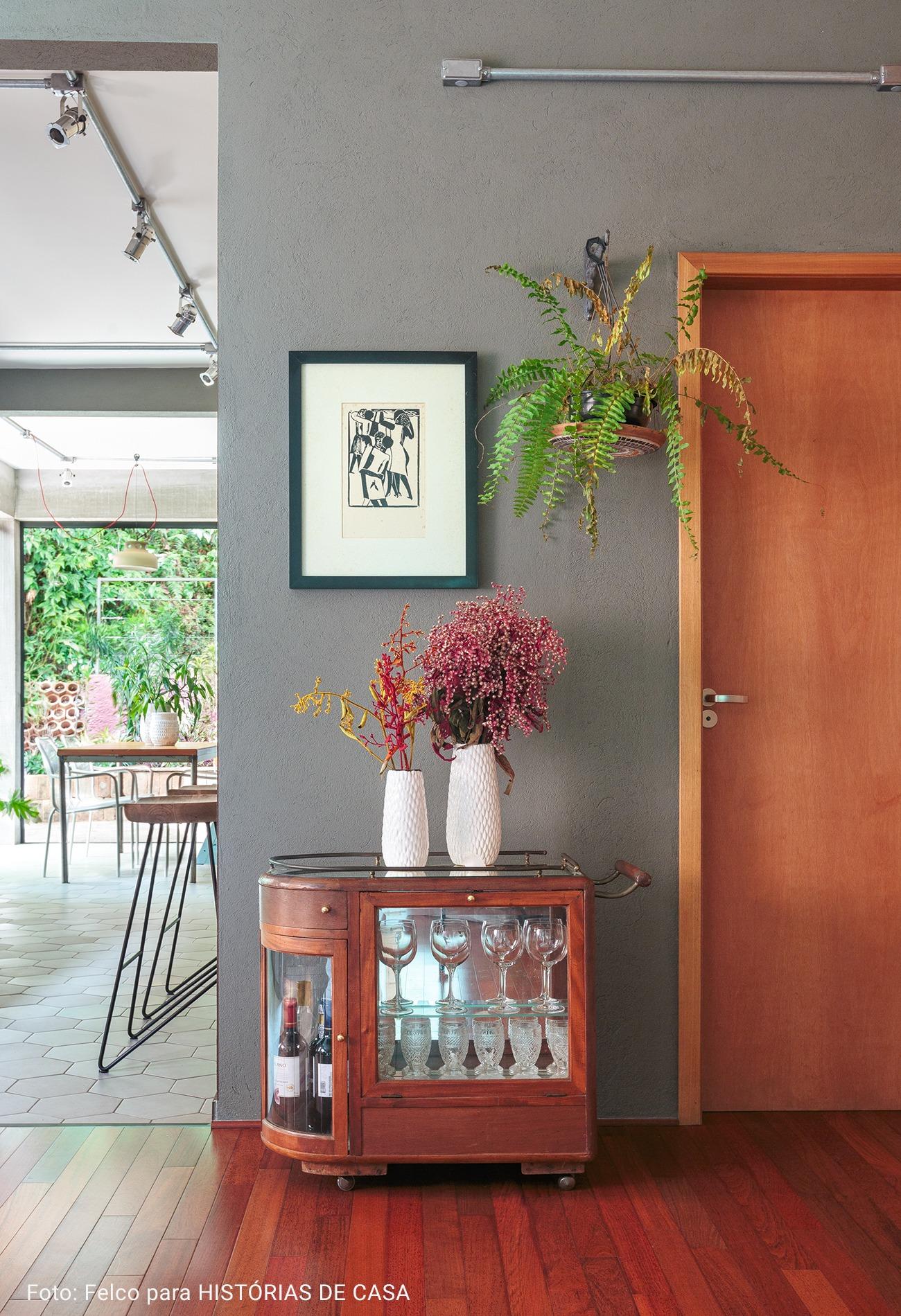 bar com vaso de plantas