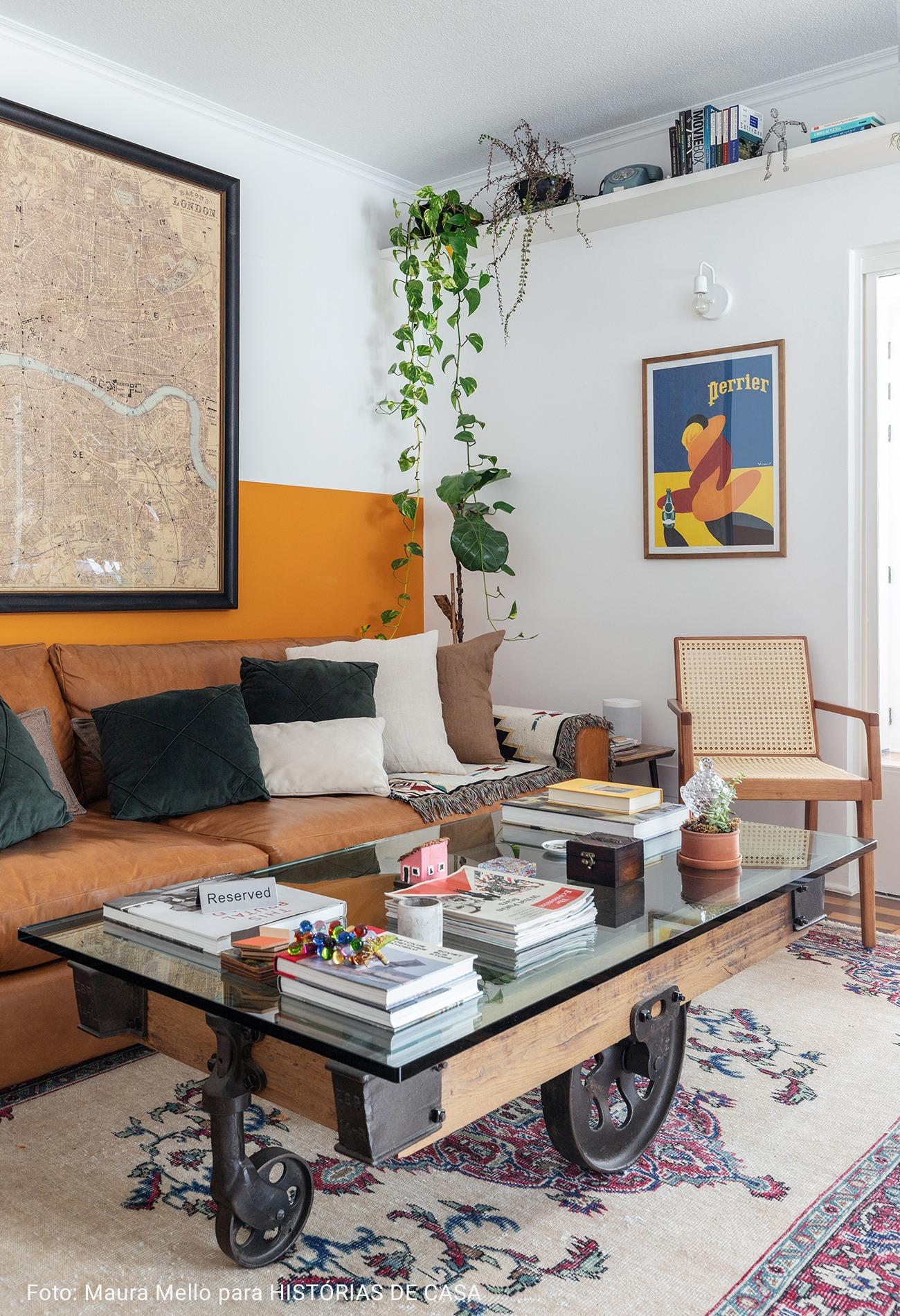 sala com tapete persa garimpado