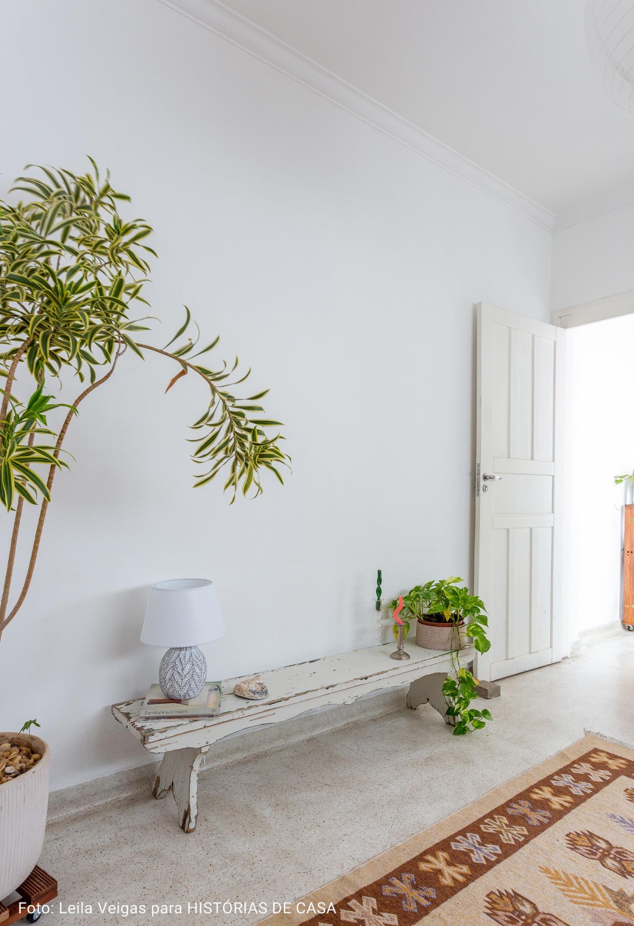 sala com mini árvore