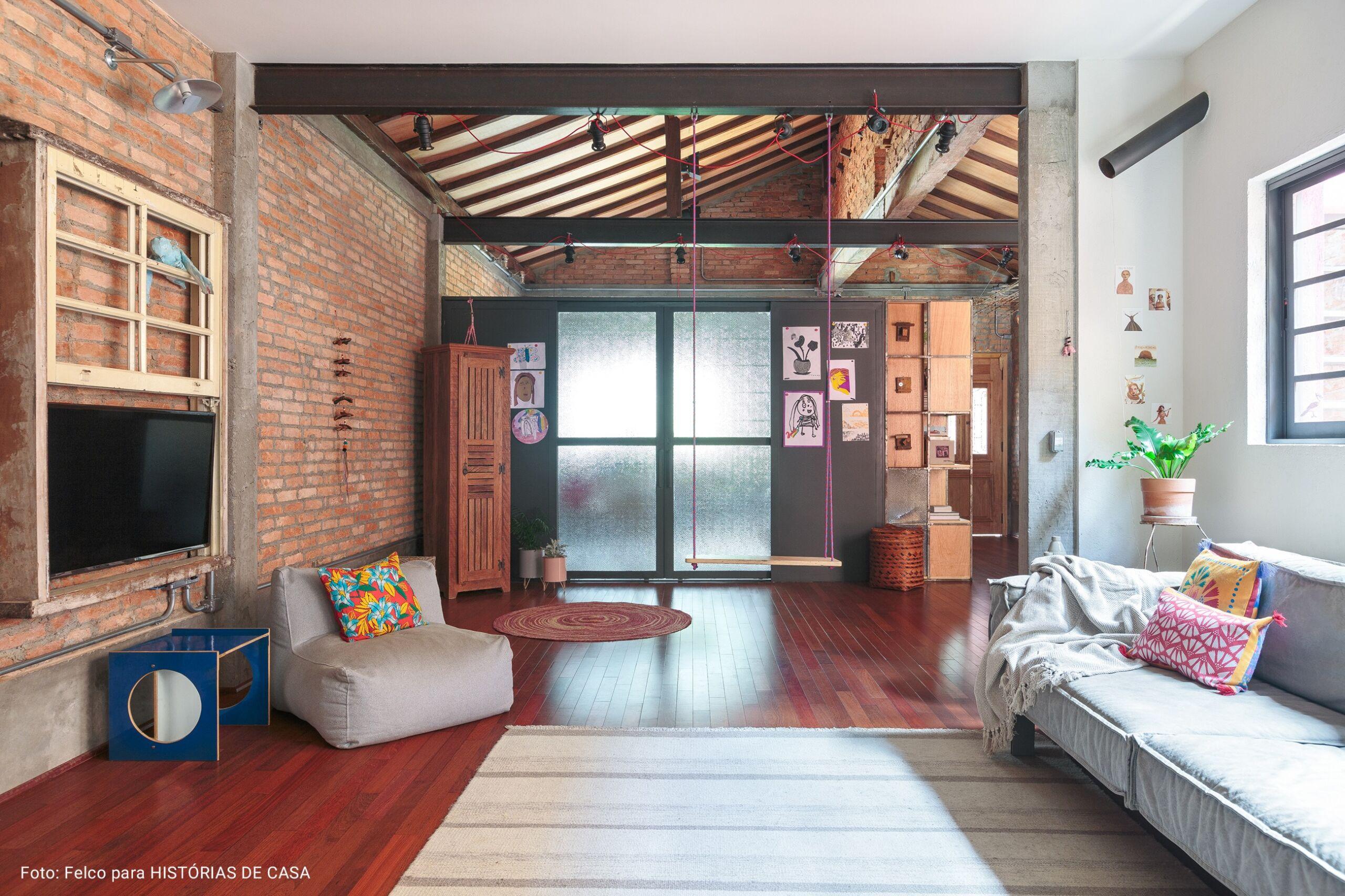 sala ampla com parede de tijolos exposta
